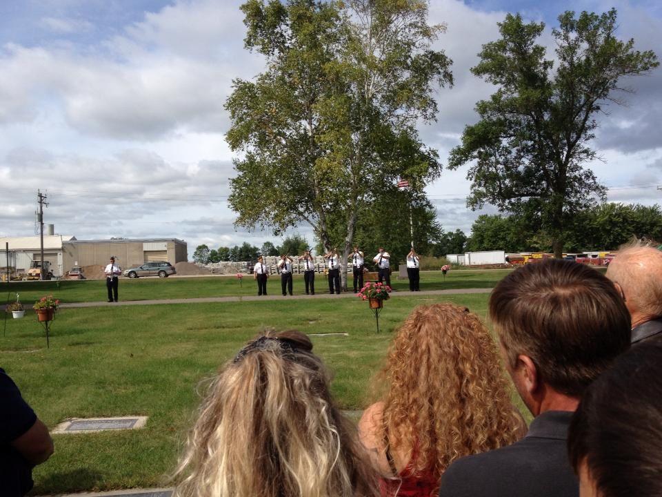 Mon fils est visible sur la photo de gauche. Les deux dernières représentent la cérémonie où le défunt a eu droit à 21 coups de canon Il servait dans U S NAVY .