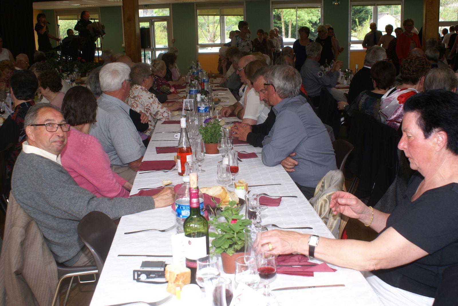 Déjeuner-dansant  cantonal des G M à Vouvray-sur-Loir.