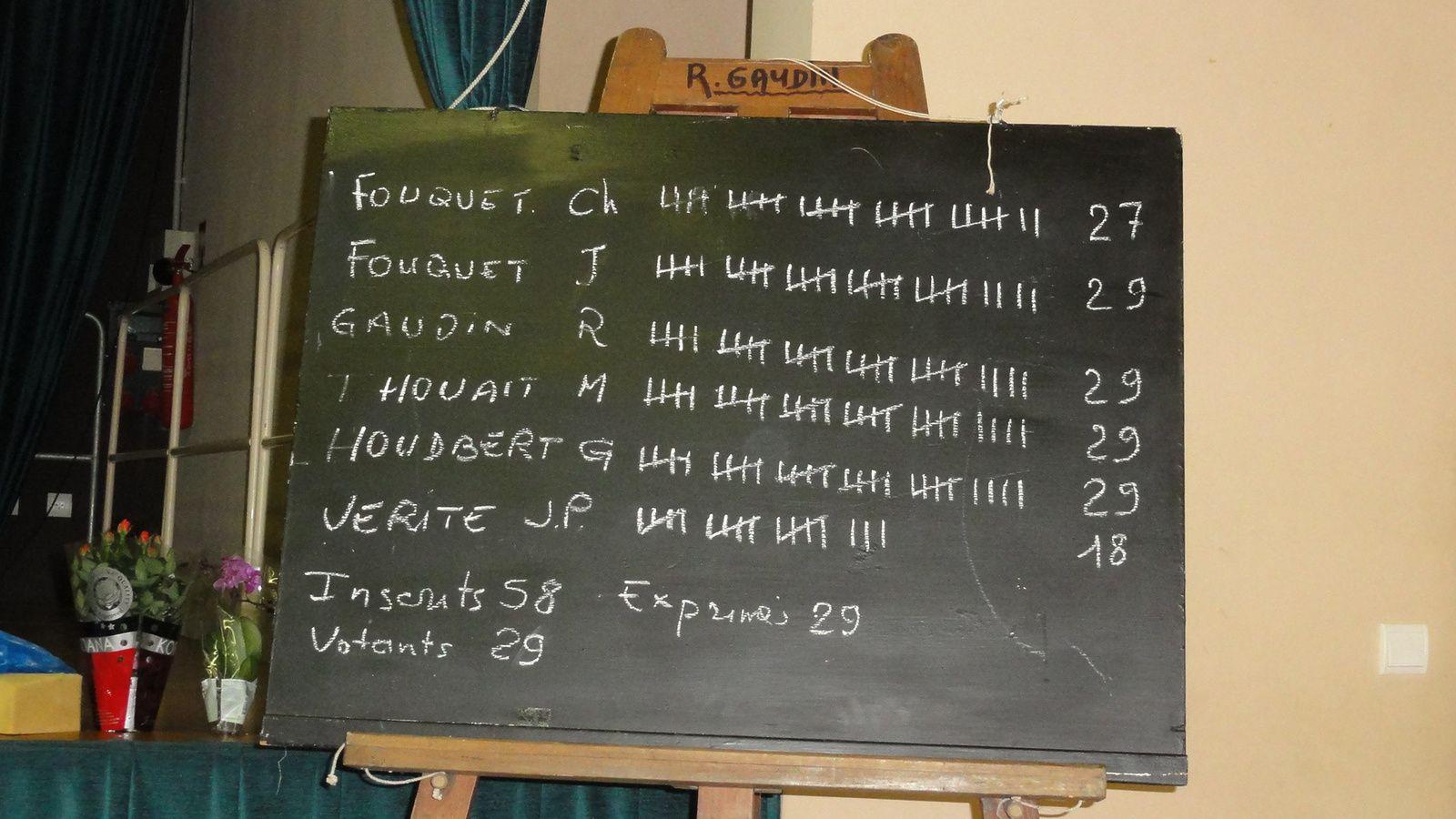 La Journaliste de Le Maine Libre encompagnie d'un Responsables .La journaliste de Le Petit Courrier deu Val de Loir questionne un Responsable.