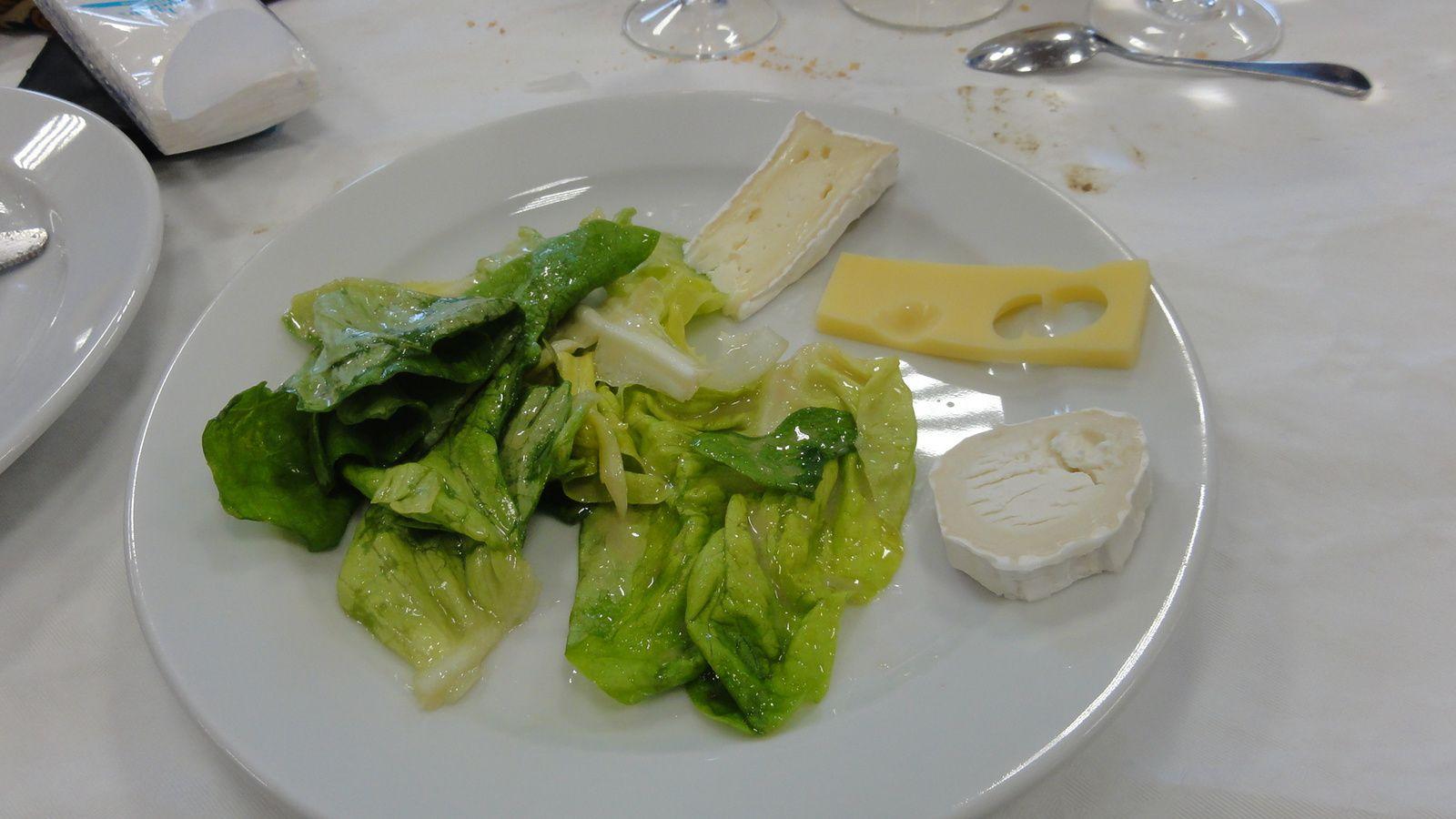 Madame et Monsieur le Maire ont honoré leur présence à ce repas.Les deux Musiciens portant la chemise de même tissu et de couleur.