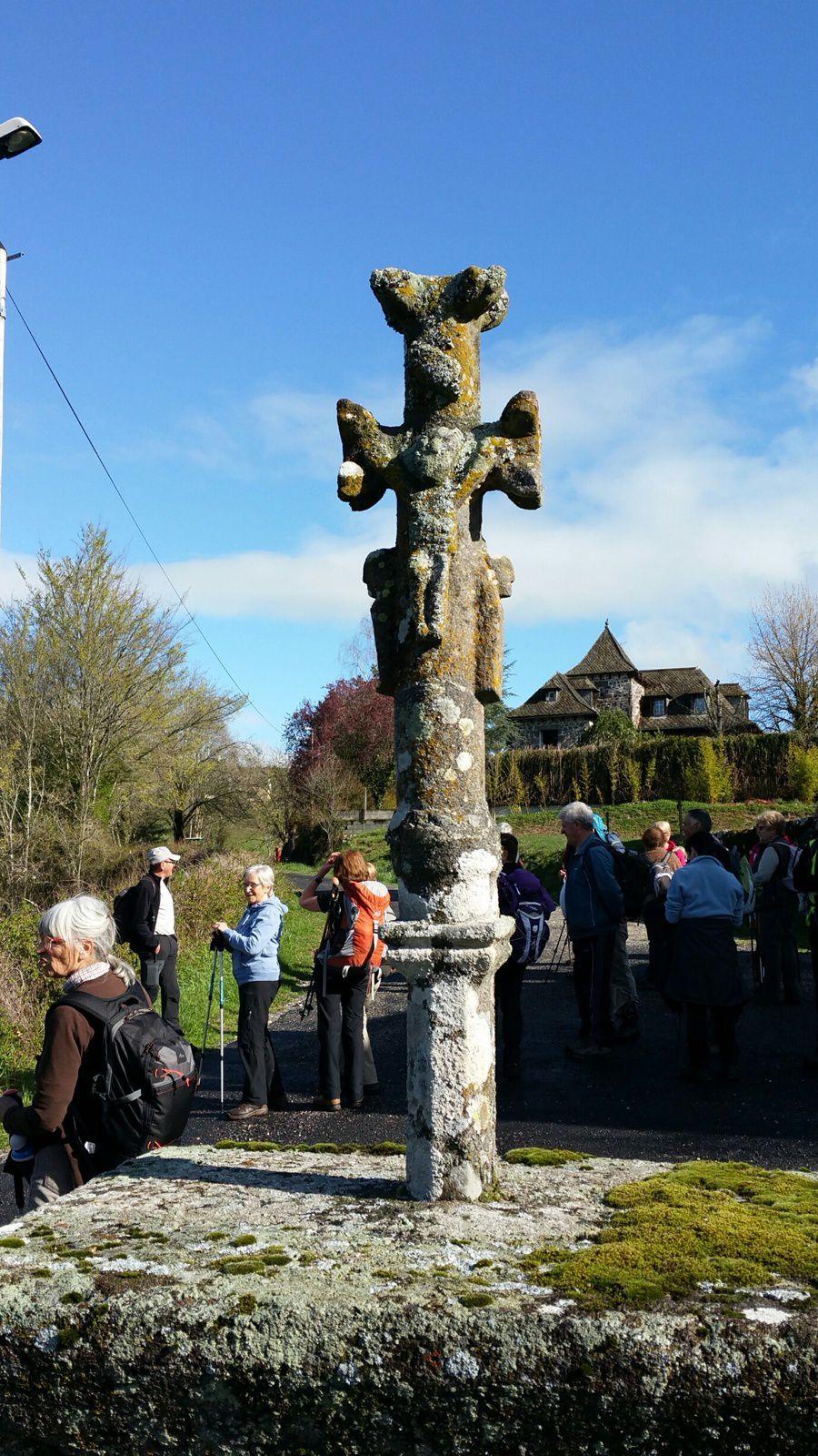 Magnifique croix devant l'église de Peyrat