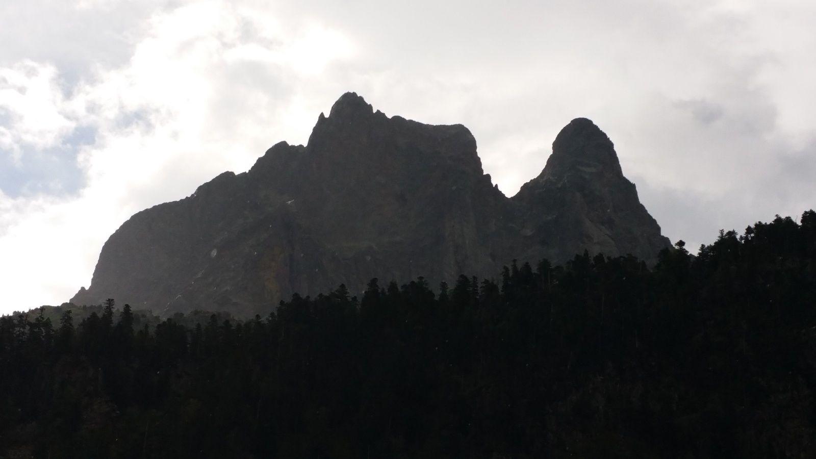 en ce début de journée, le pic du midi d'Ossau émerge des nuages