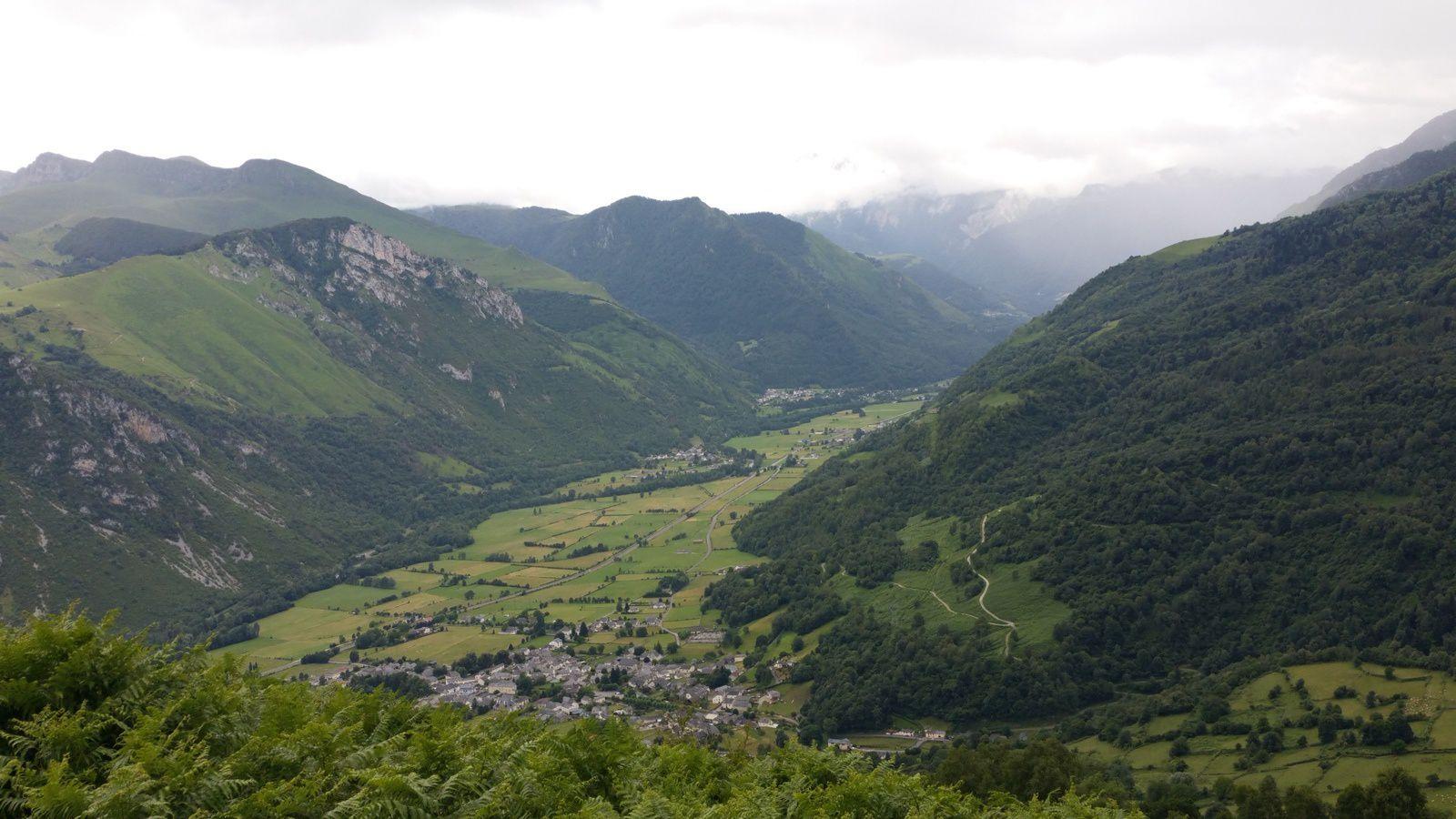 de la haut une vue remarquable sur la vallée et les villages de Bilhères-en-Ossau et Bielle notre port d'attache,