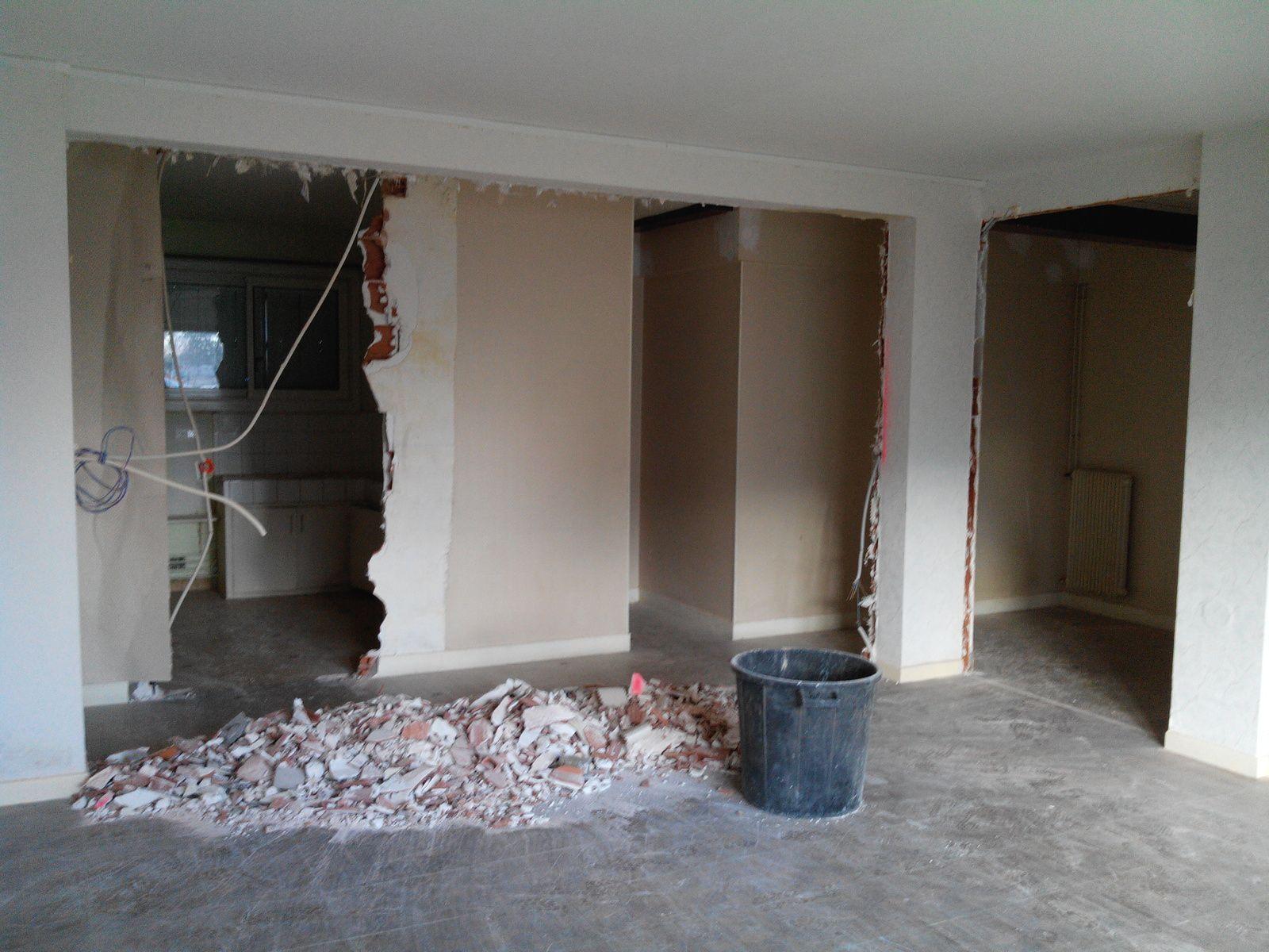 Restructuration de l'espace:suppression du couloir pour ouvrir la cuisine sur le séjour et le salon.