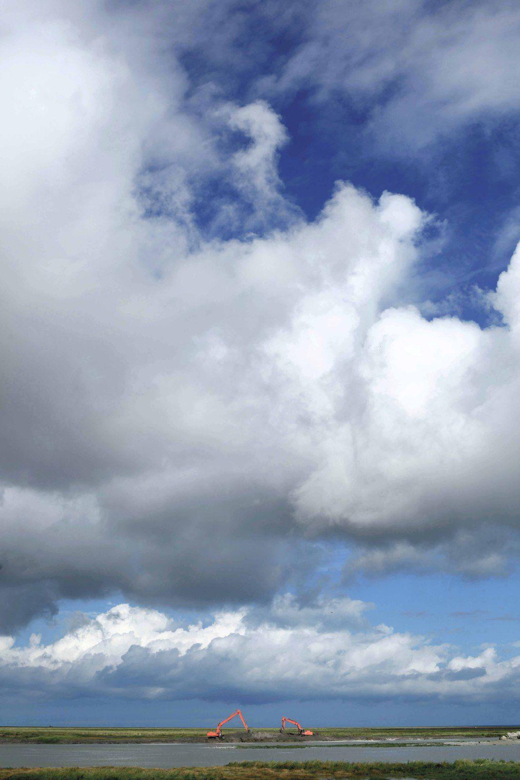 1 - Juste à côté du Mont Saint Michel. J'aime bien les 2 grues qui se découpent dans ce ciel. 2 - Le Mt Saint Michel au loin depuis Cancale. 3 -  En route pour la Bretagne.