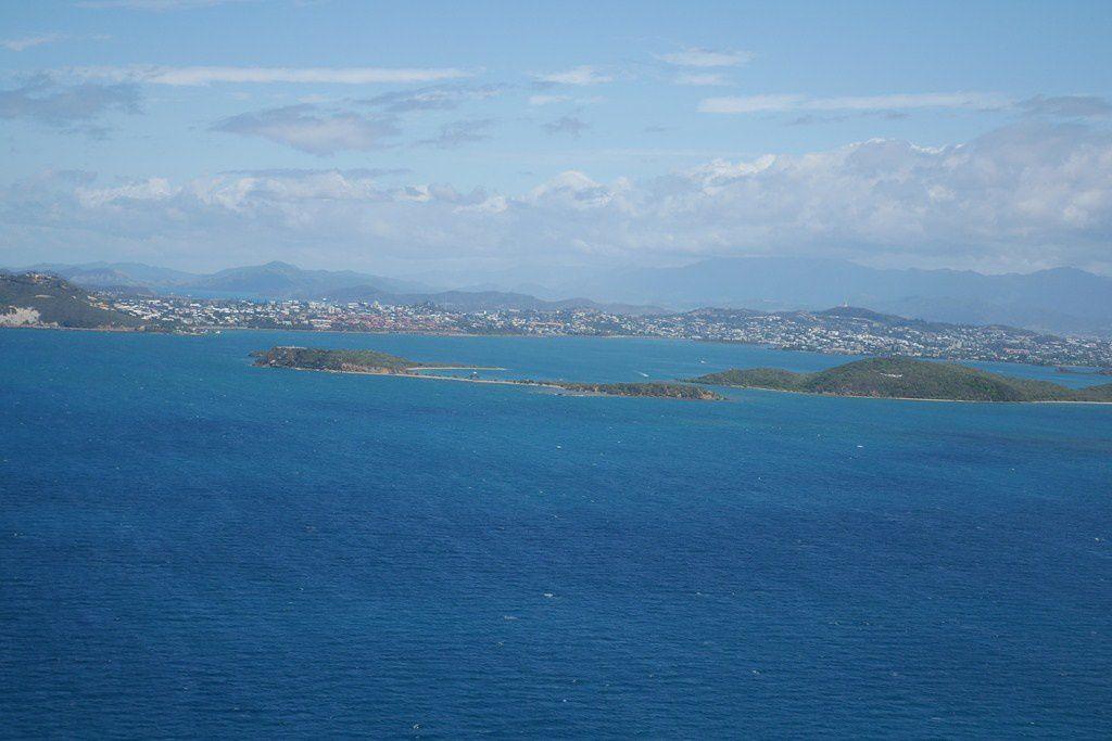 30min de vol : Ouémo, l'Anse Vata, l'Ile aux Canards, l'Ilot Maître, l'Ilot Lareignère, la barrière de corail, l'épave de l'Ever Prosperity et le Phare Amédée pour une pause Champagne de 30min les pieds dans l'eau. Retour vers Magenta par le lagon.
