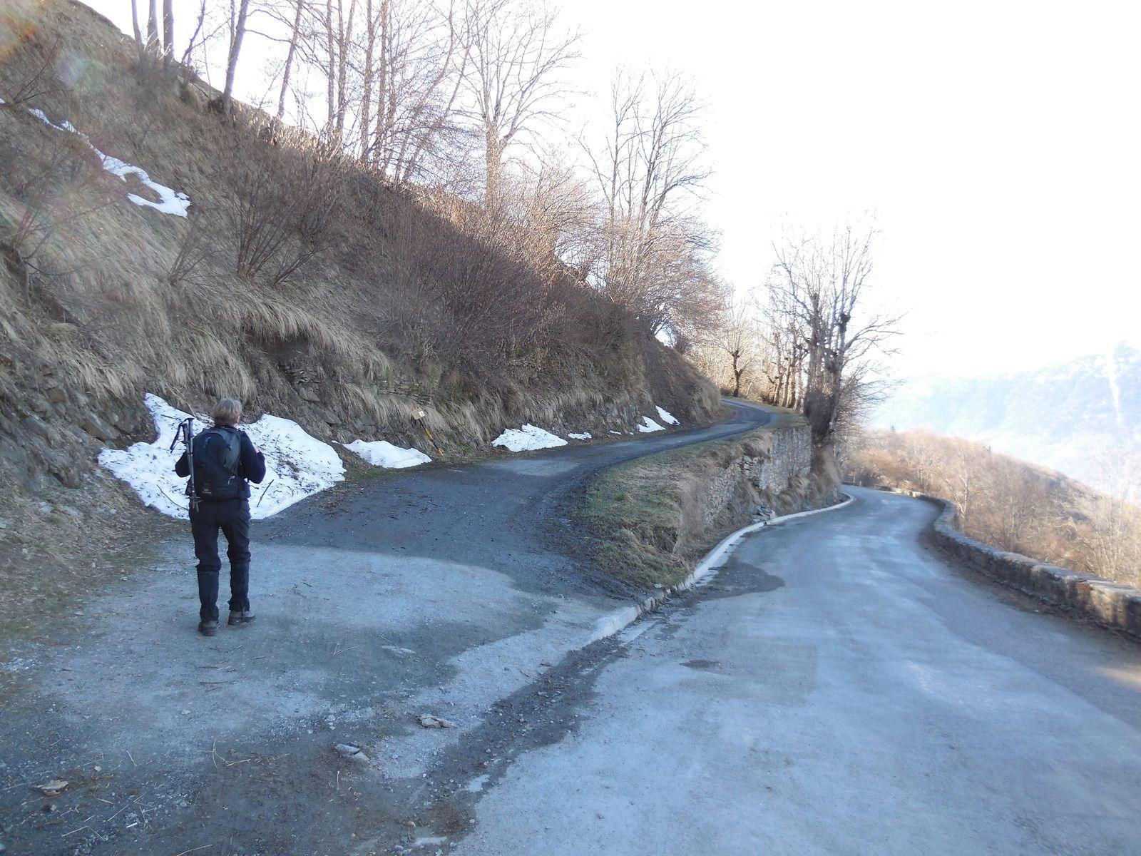 150 m avant le village, nous empruntons le chemin forestier&#x3B; impossible de se tromper...
