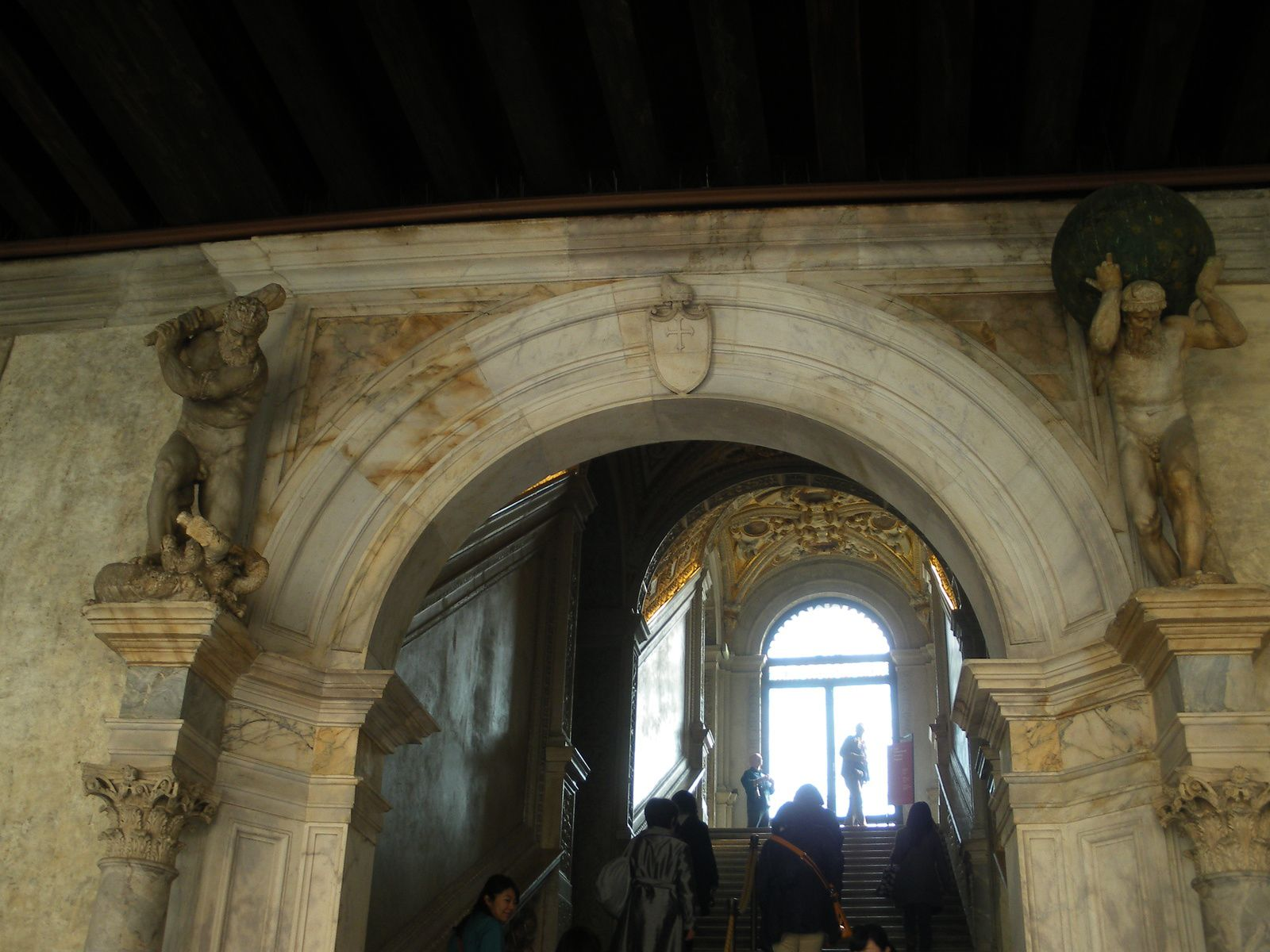 L'escalier d'Or surmonté de 2 groupes en marbre représentant Atlas soulevant la voûte céleste et Hercule terrassant l'hydre.