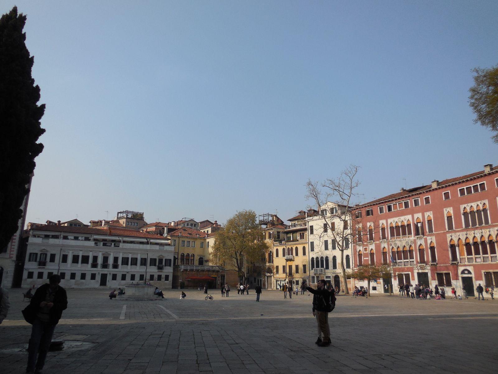 Le Campo San Polo, vaste place bordée de quelques nobles édifices.
