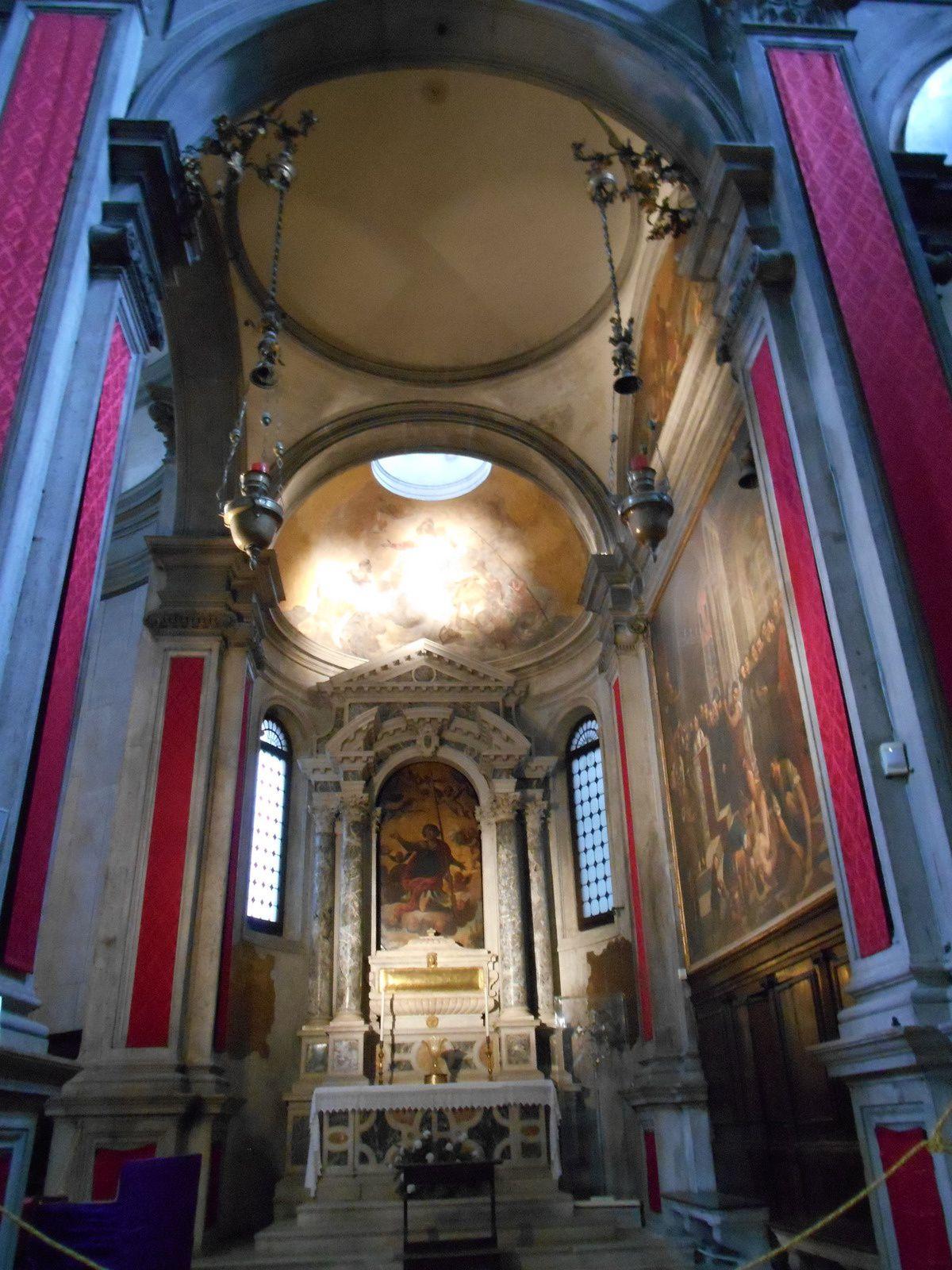 """A l'intérieur, une toile de Palma le Vieux  et """"une Vierge de la Miséricorde"""" due à Antonio Vivarini."""