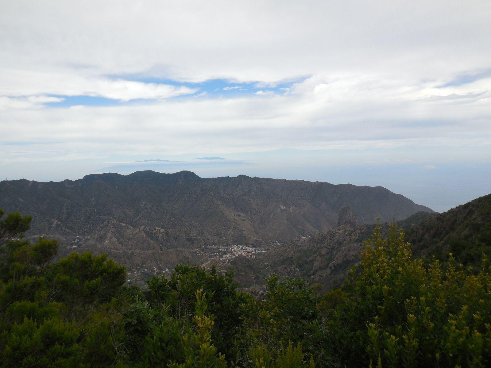 Le village de Vallehermoso, niché dans la vallée, est dominé par le Roque Cano, coeur de basalte d'un volcan. (au 1er plan, àdroite du village)