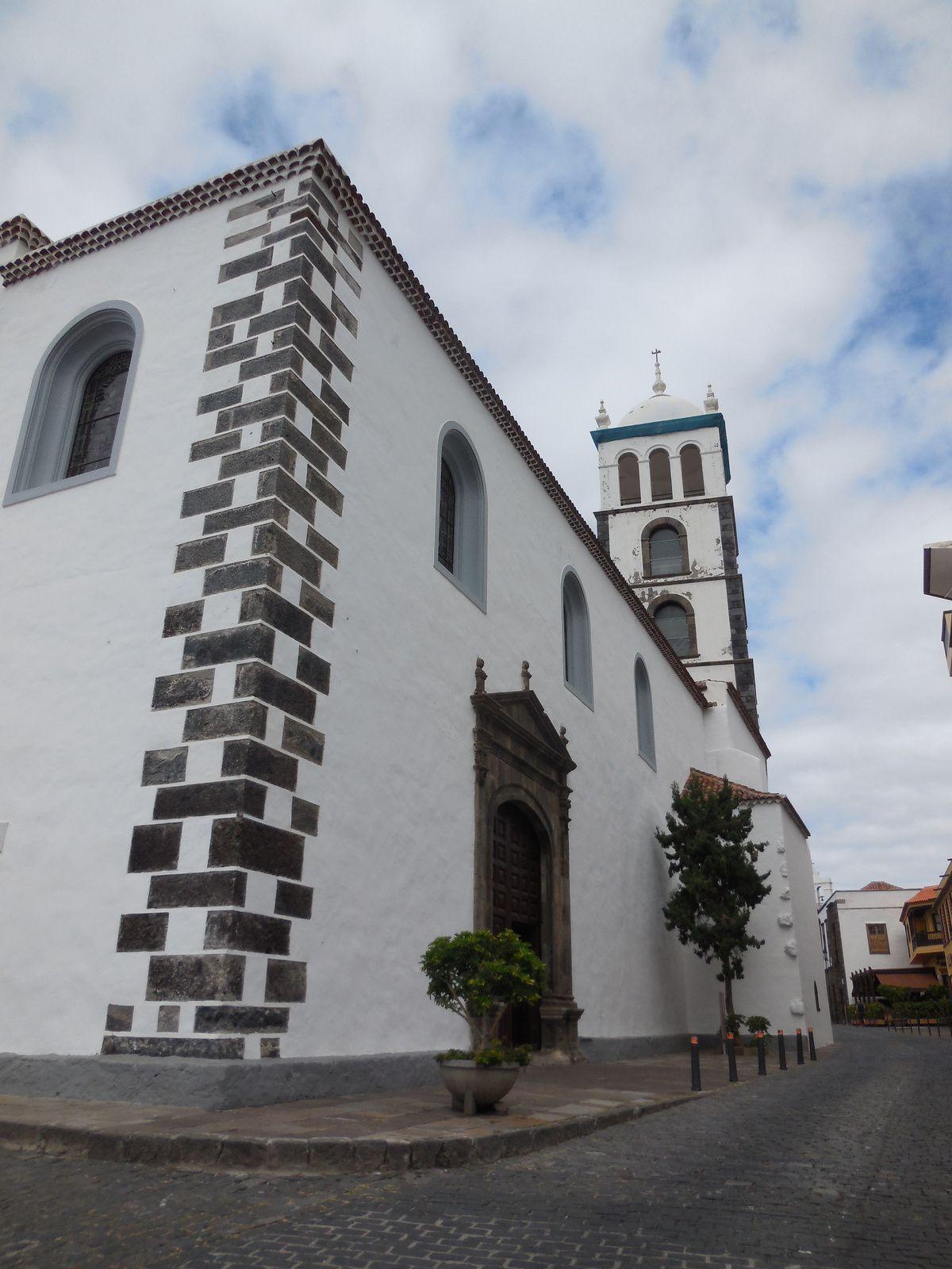 L'église de Santa Ana achevée en 1541, fut gravement endommagée en 1706.