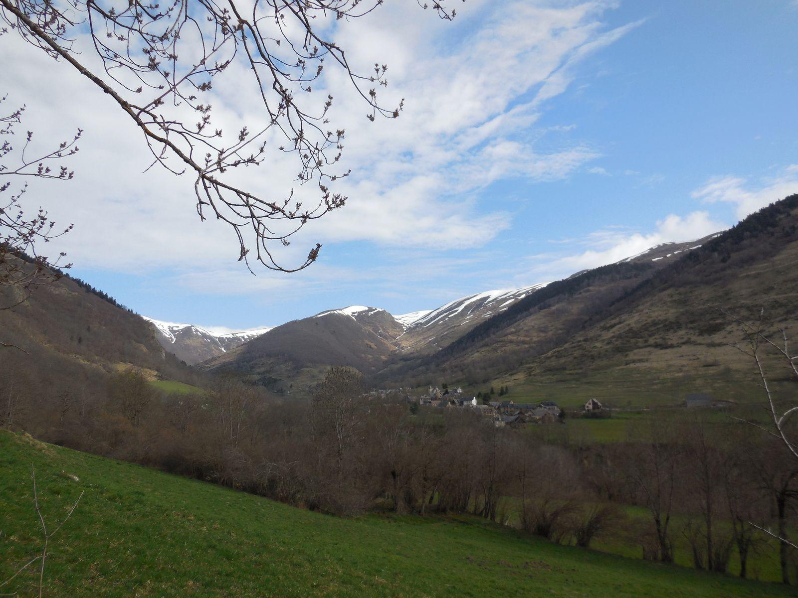 La vallée d'Oueil et les sommets tels que Mont-Né...