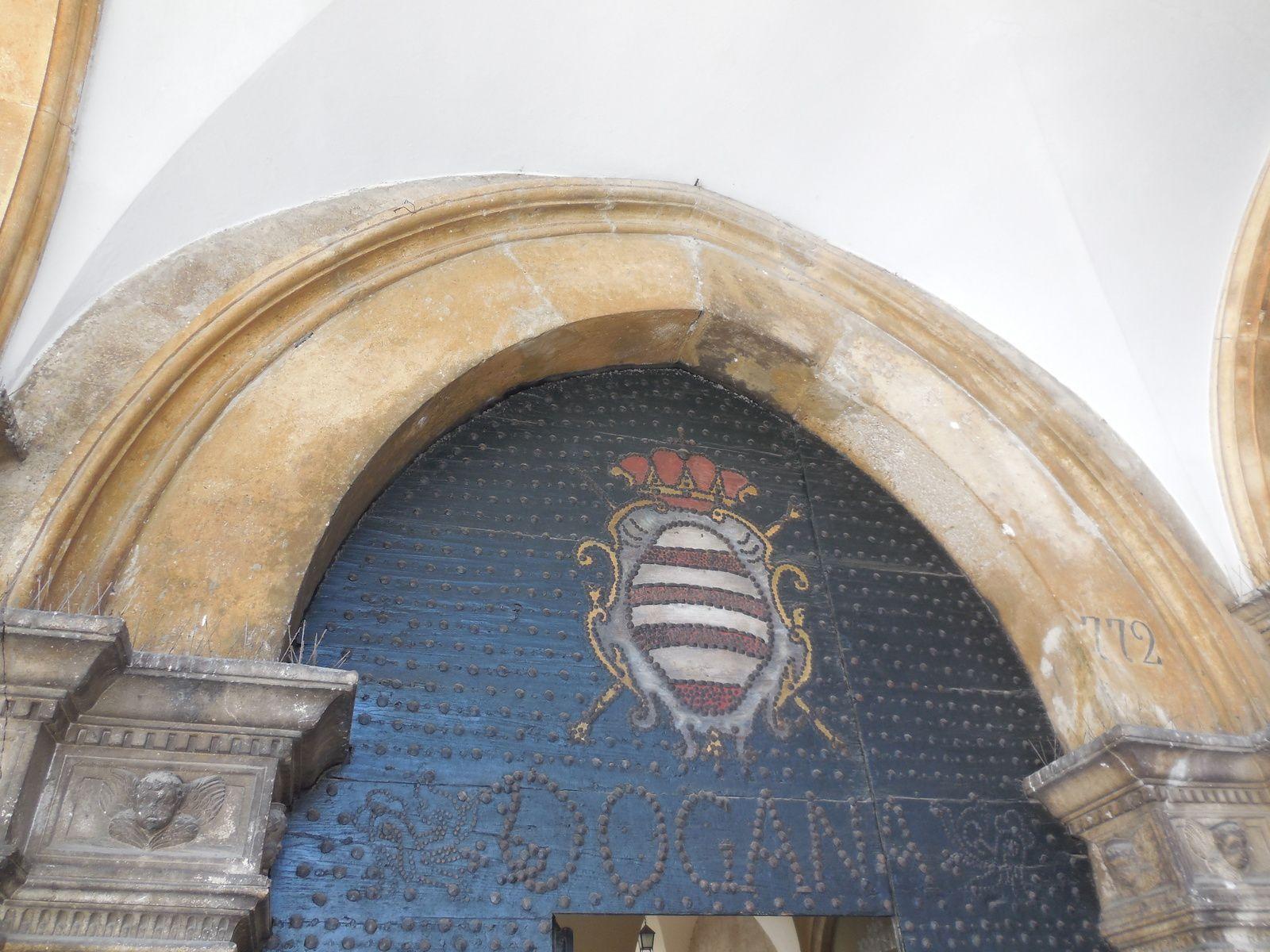 A l'entrée du palais Sponza se trouve le mémorial des défenseurs de Dubrovnik.