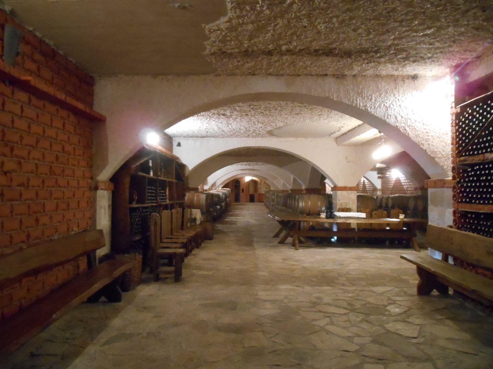 Superbe cave chez Matusko où nous ferons une dégustation de bons crûs.