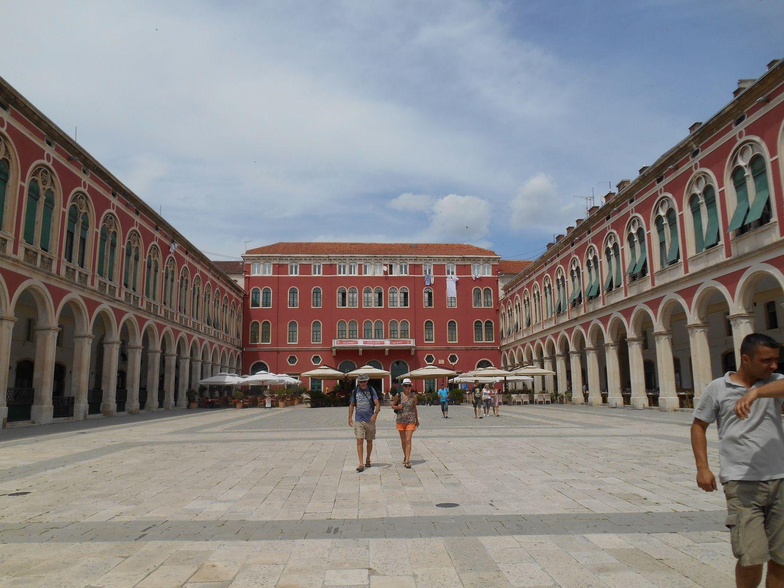 """La place de la République appelée aussi """"Procuriales"""" pour ses édifices à arcades. Elle a été concue pour imiter la place Saint-Marc de Venise."""