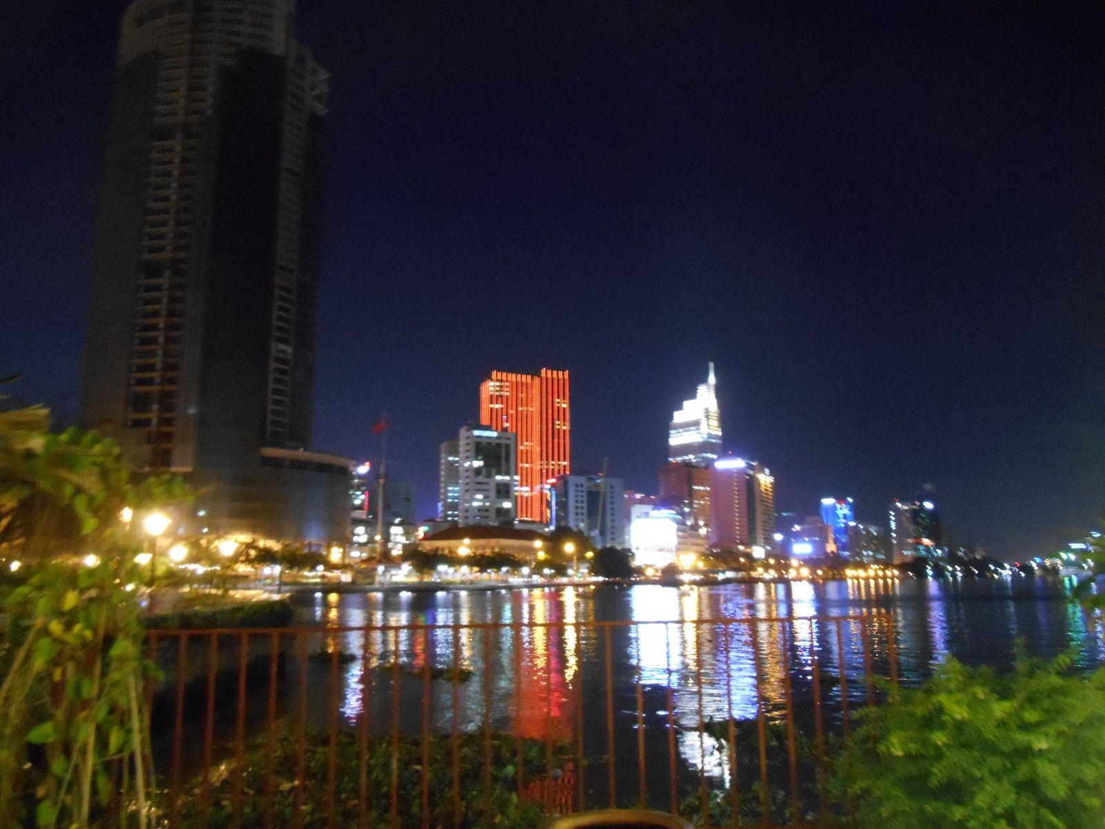 L'avenue Nguyen Hué, de nuit, est le lieu de rassemblement de la jeunesse de Ho Chi Minh Ville.