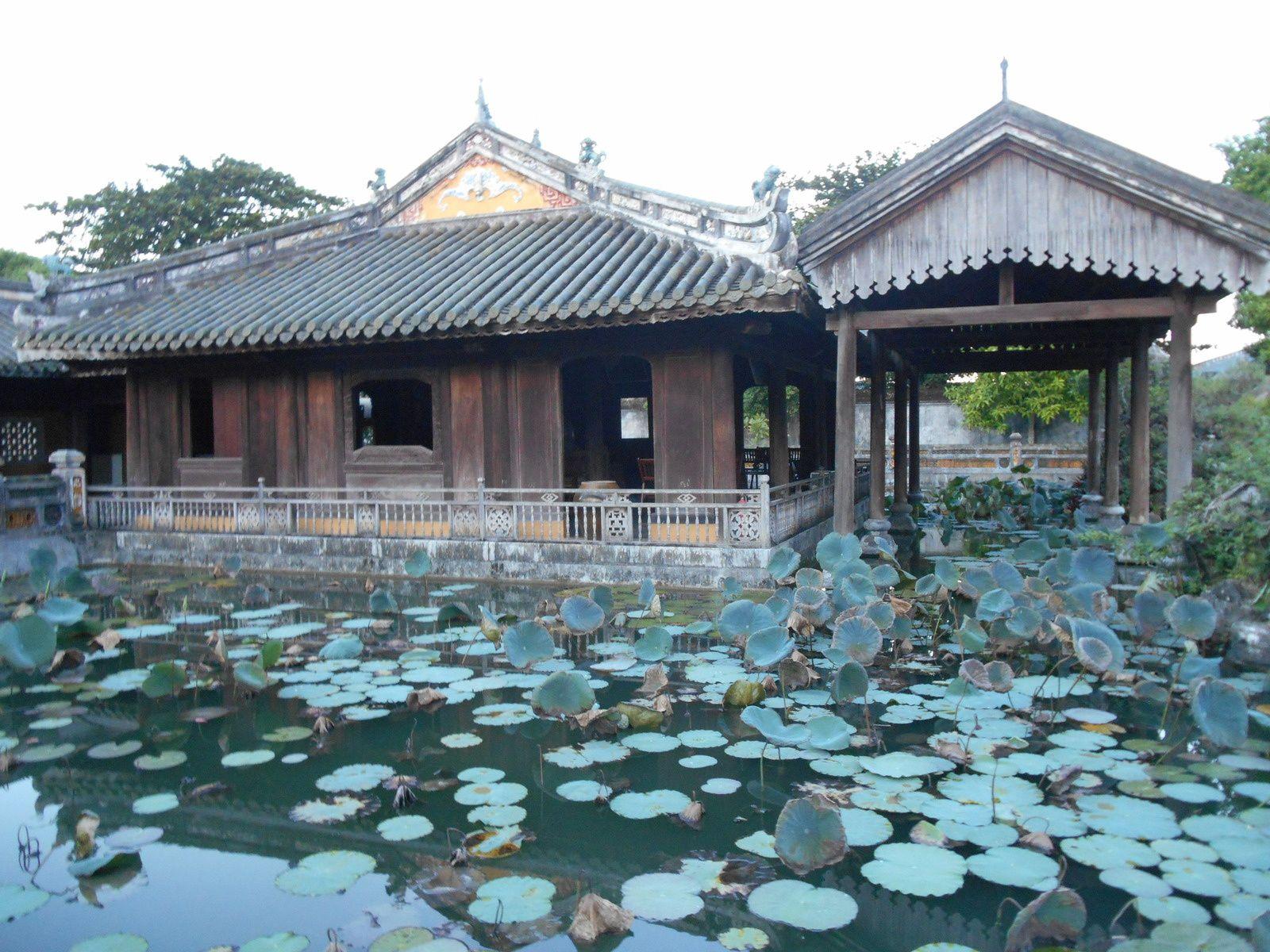 Joli jardin arboré et bassin précèdant le pavillon de lecture.