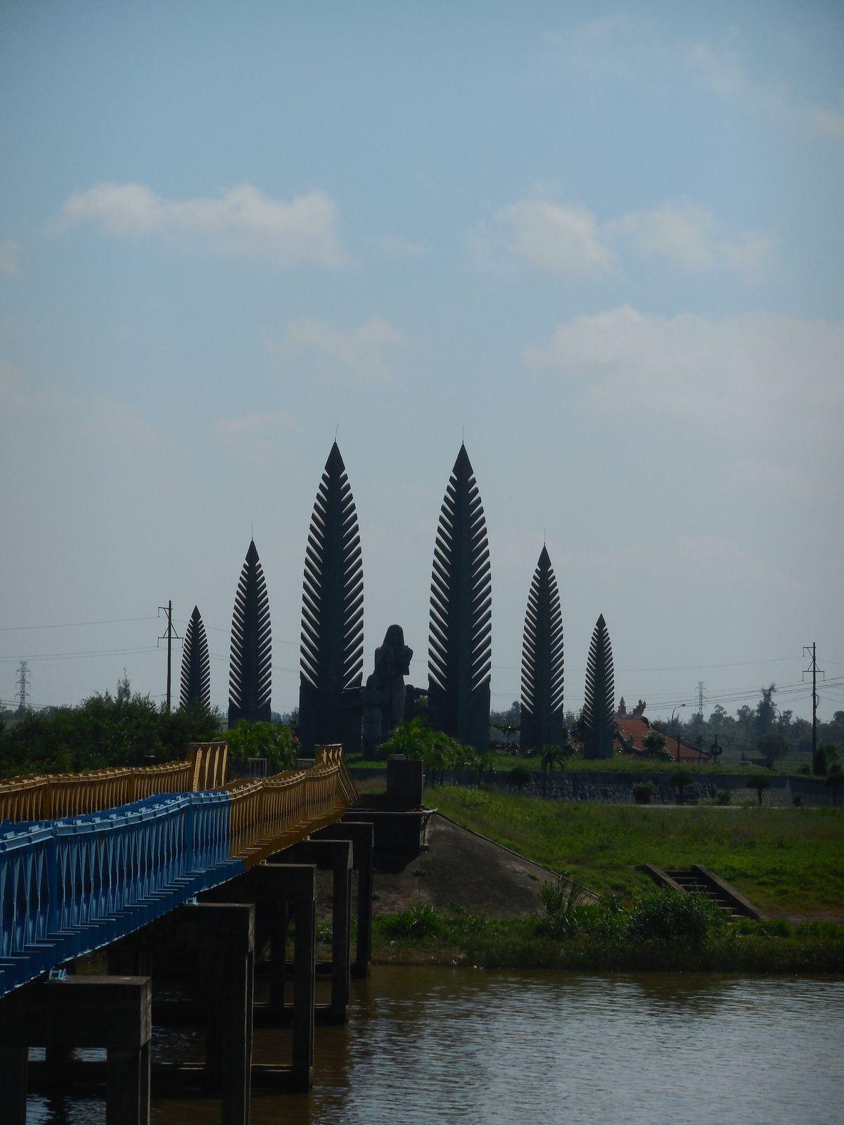 Sur la rive sud, est érigé ce monument. Ces feuilles de palmier stylisées rappellent étrangement la forme des missiles...