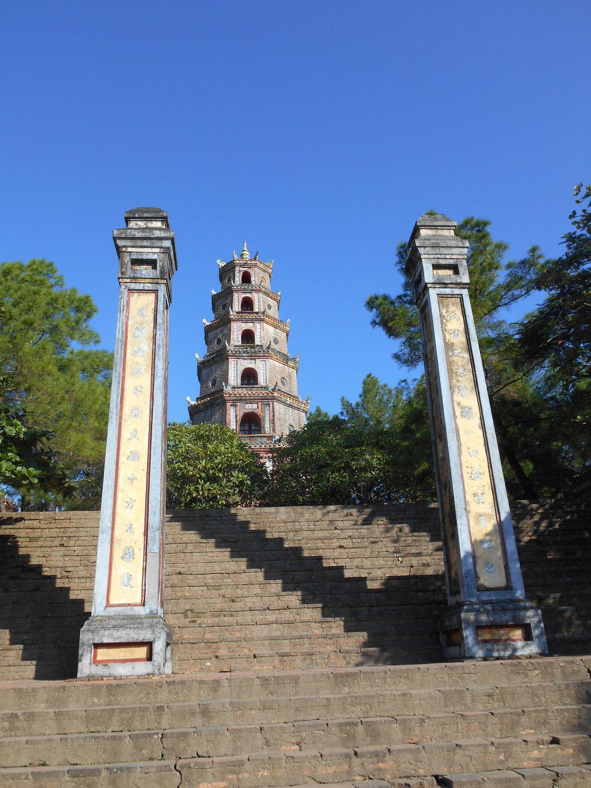 Depuis la rivière des Parfums, escaliers menant à la tour octogonale...
