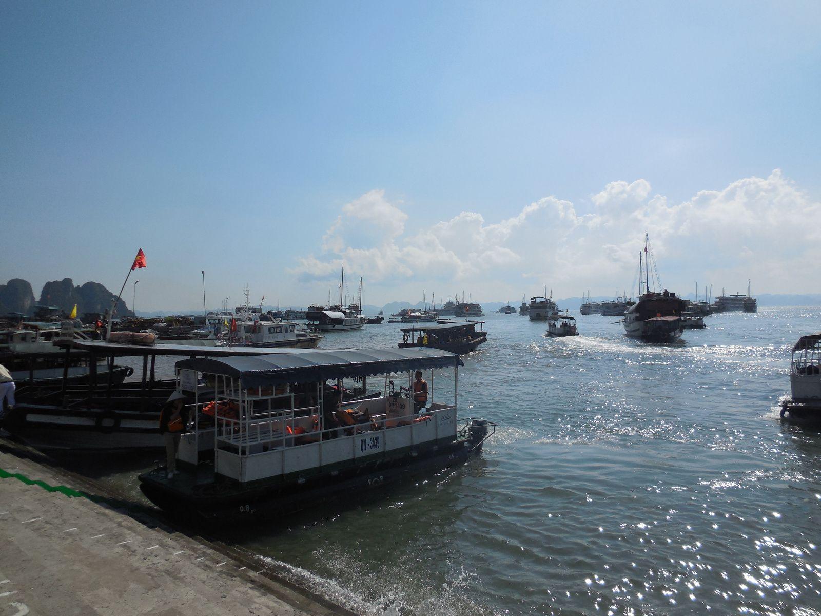 Embarquement à Bai Chay à bord d'un bateau de croisière où nous passerons la nuit...