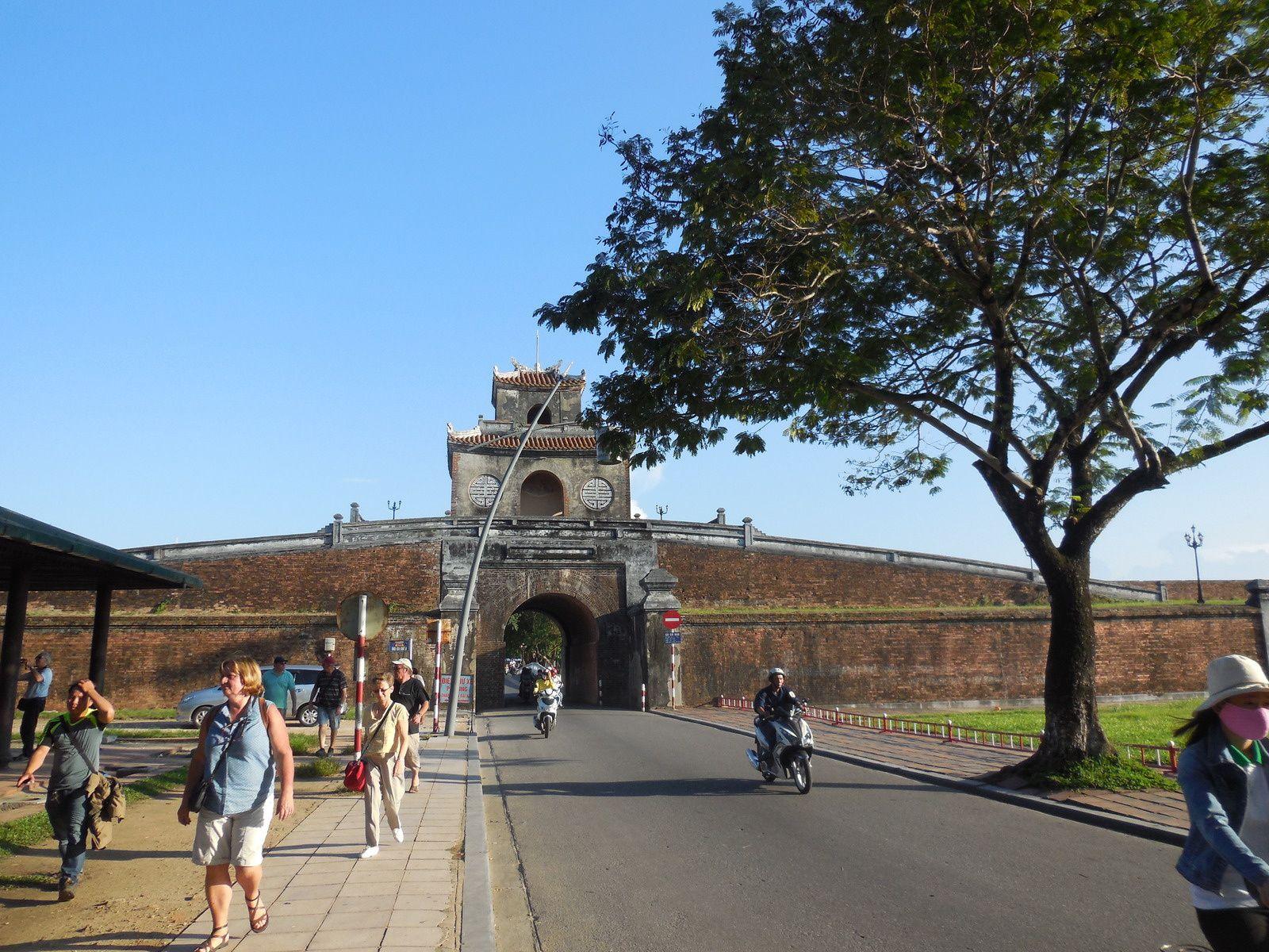 Une des porte-enceinte de la citadelle:  le pont Phu Xuan.