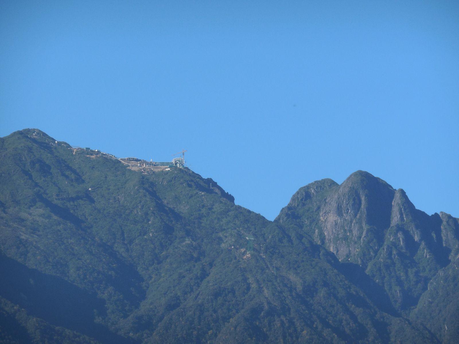 Situé à 19 km de Sapa, le Mont Fan Si Pan nécessite 2 à 3 jours de marche pour atteindre son sommet. Pour raccourcir cette approche, les autorités sont entrain de construire un téléphérique qui rejoint directement la vallée.