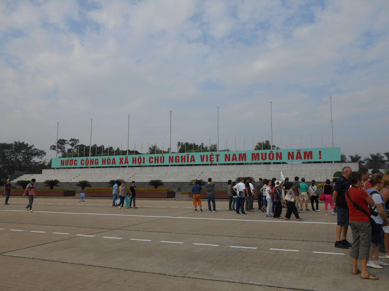"""""""Rien n'est plus précieux que l'indépendance et la liberté"""". Phrase prononcée jadis par le Président Ho Chi Minh et qui figure sur le devant du mausolée."""