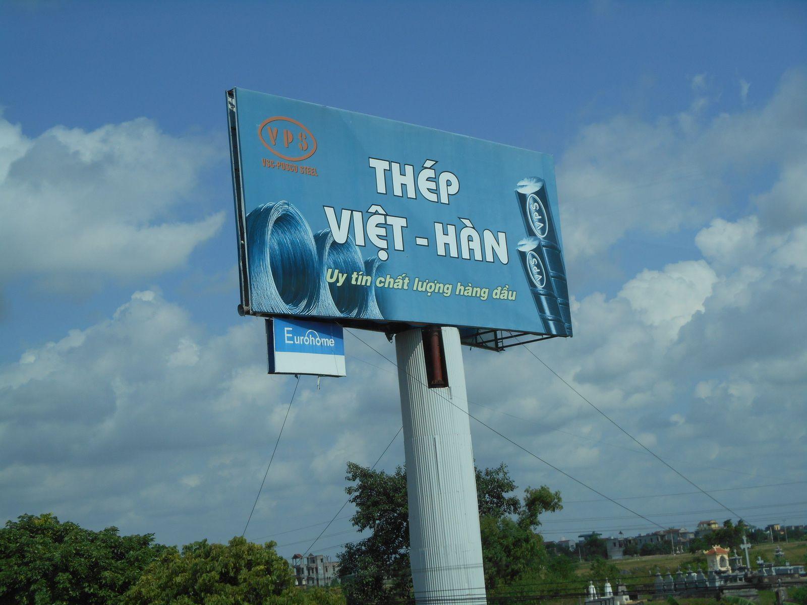 D'énormes panneaux publicitaires tout au long de la route...