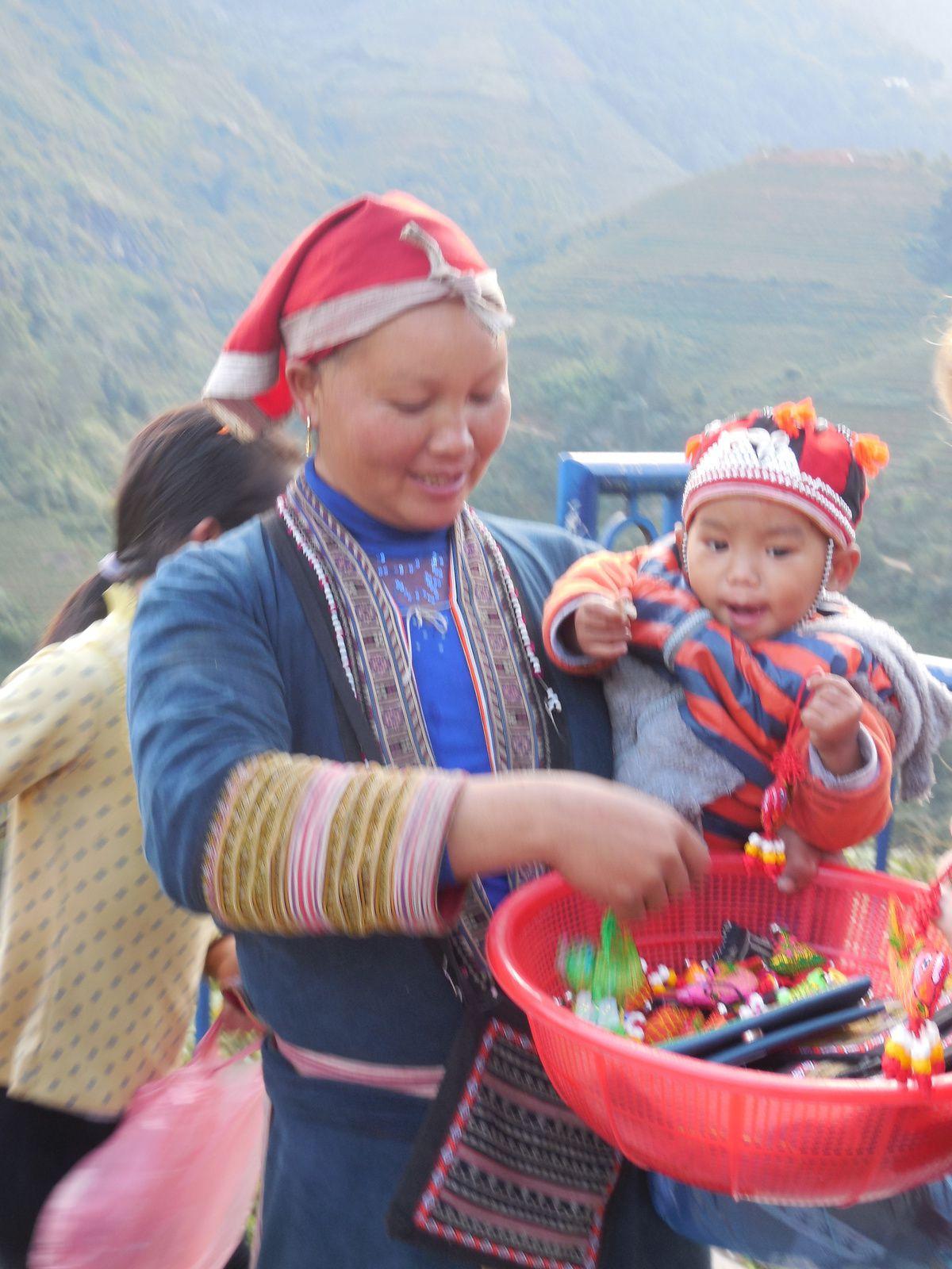 Première ethnie rencontrée,...et premières sollicitations afin d'acheter les produits artisanaux ou supposés tels...