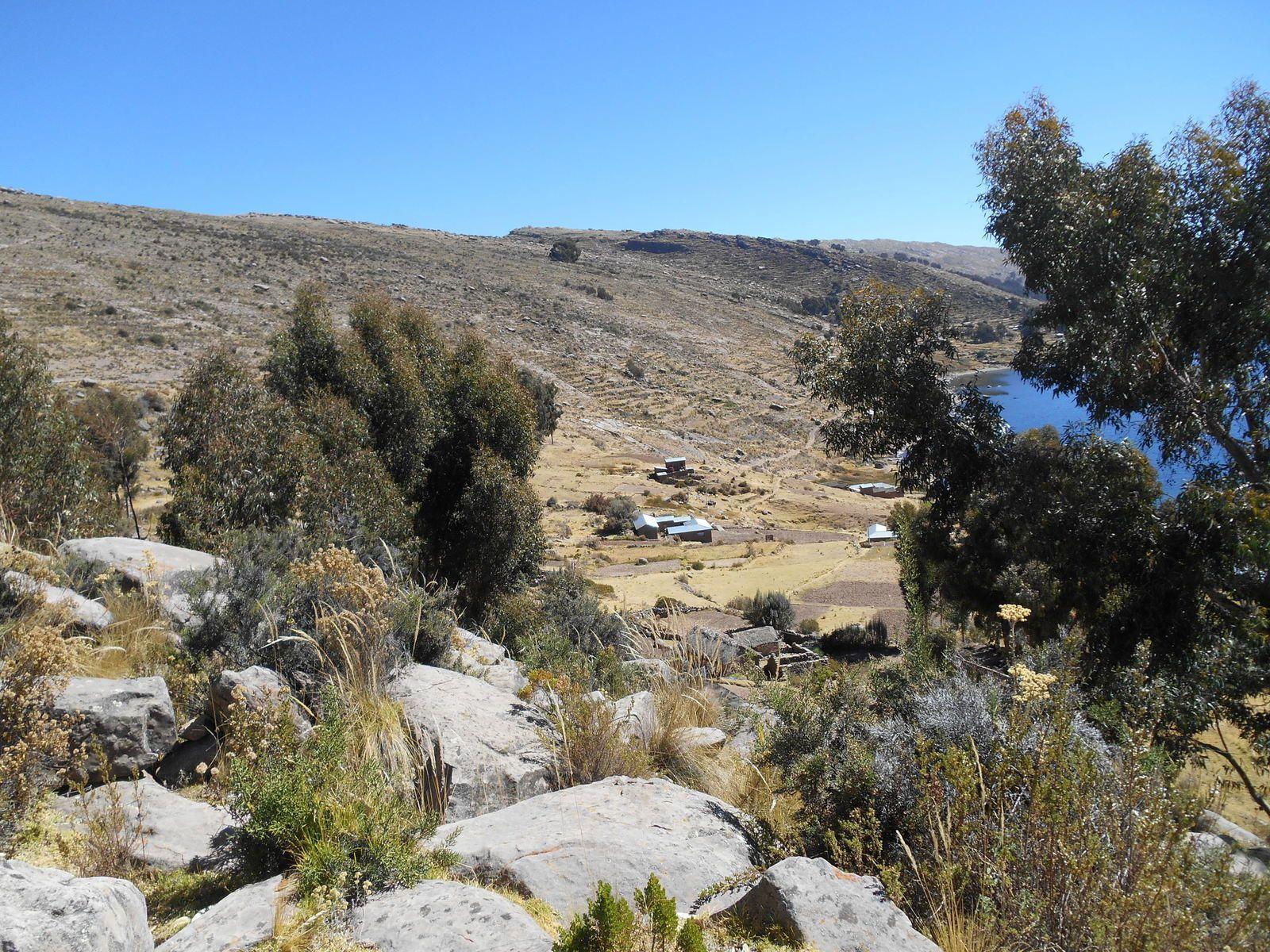 Tout en bas, la minuscule communauté de Paramis (3850 m) où nous allons déjeuner.
