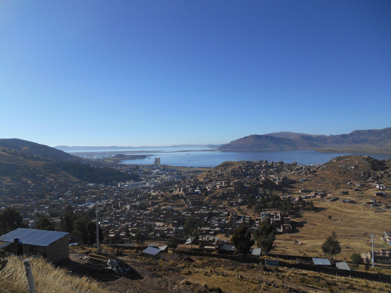 Cela nous permet de voir une dernière fois le lac Titicaca,...
