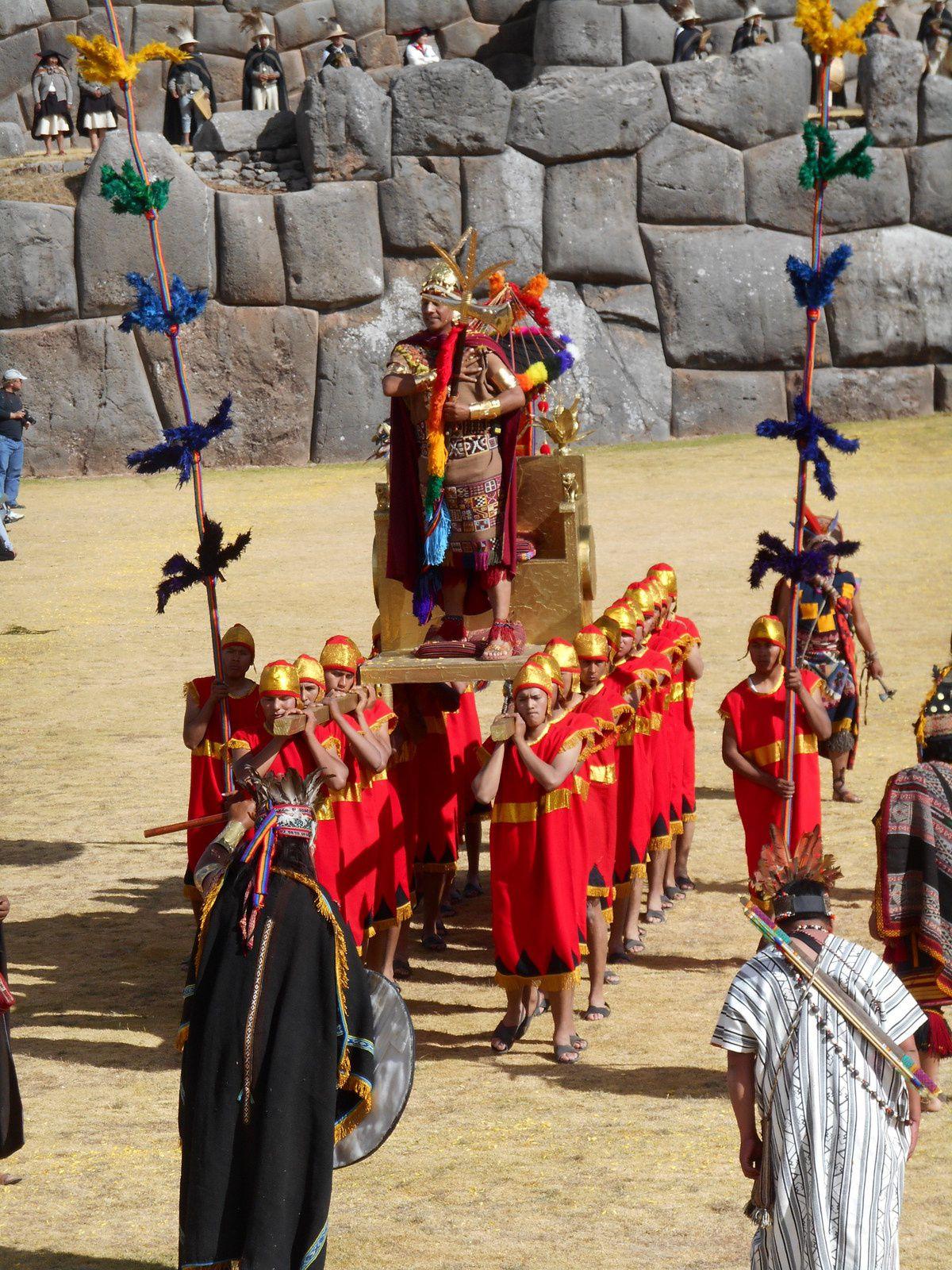 Le roi Inca se fait porter par quatre groupes représentant les quatre régions qui formaient l'empire inca : Qollasuyu, Kuntisuyu, Antisuyu y Chinchaysuyu.
