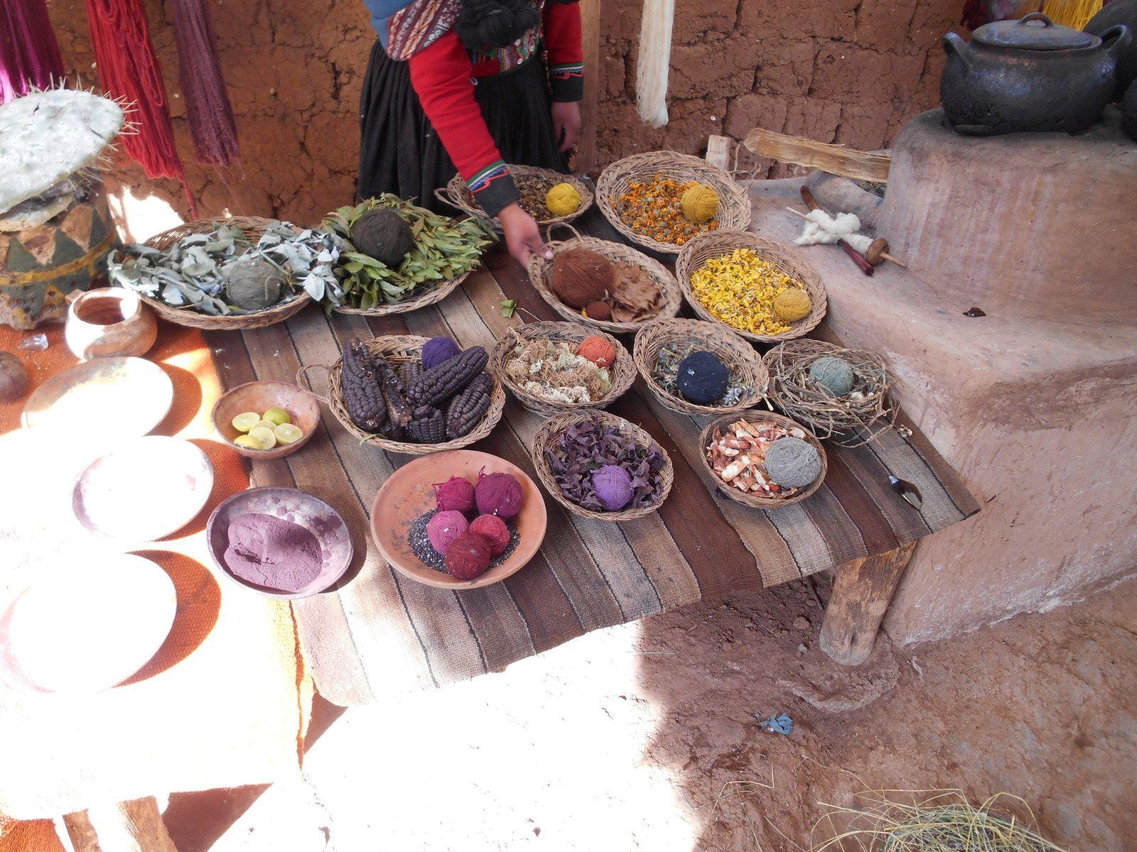 Teintures naturelles fabriquées à base de plantes, fleurs, cochenilles...