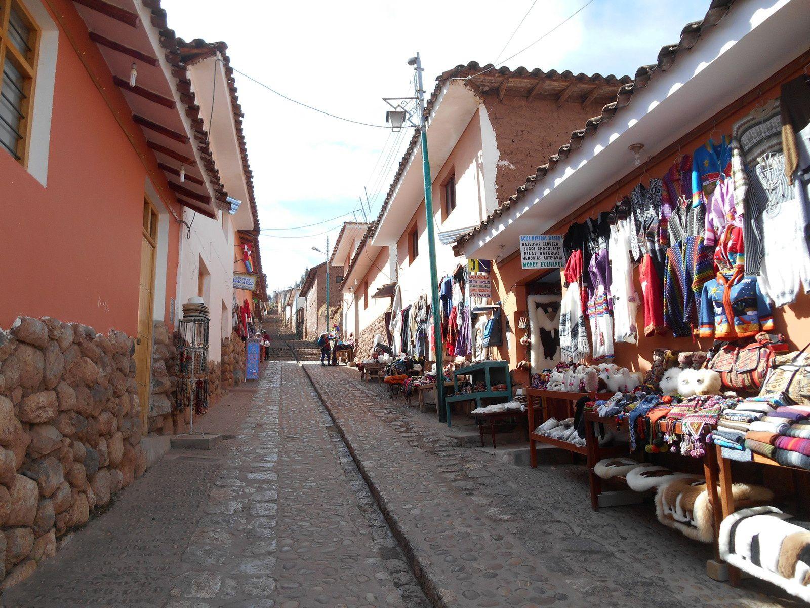 Montée vers la place centrale par ces petites ruelles bordées d'échopes artisanales...