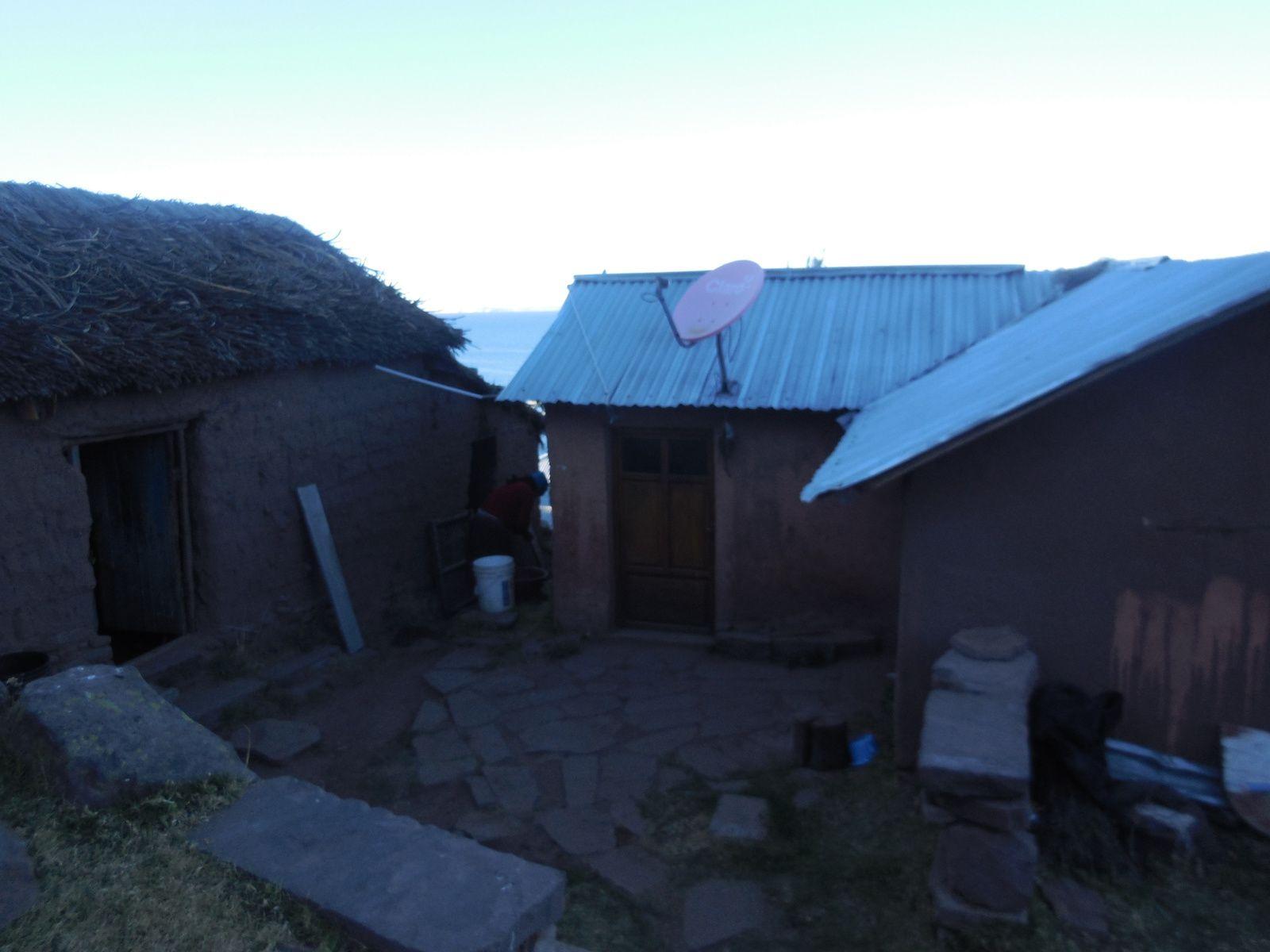 Au milieu, l'endroit où nous dormons. A gauche, le lieu servant de cuisine&#x3B; et à droite, la chambre des enfants.