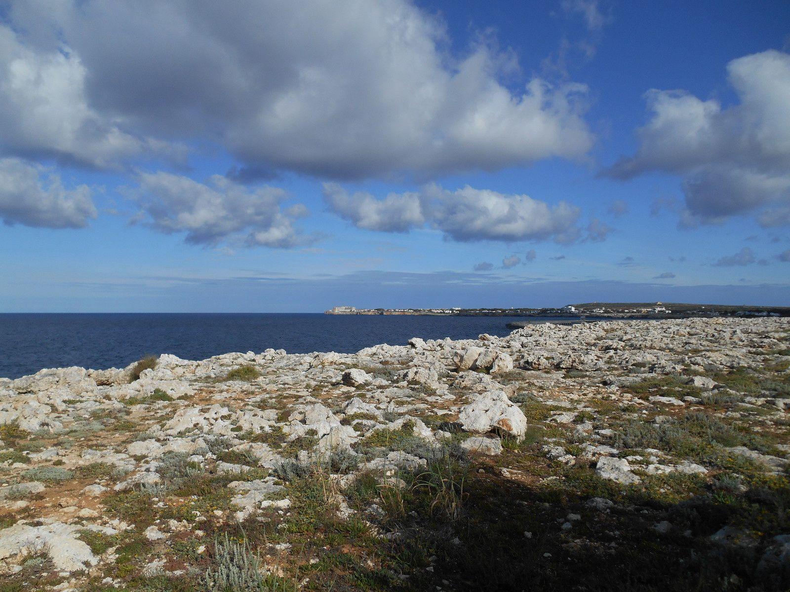 Arrivée en bord de mer...Au fond, la ville de Ciutadella...