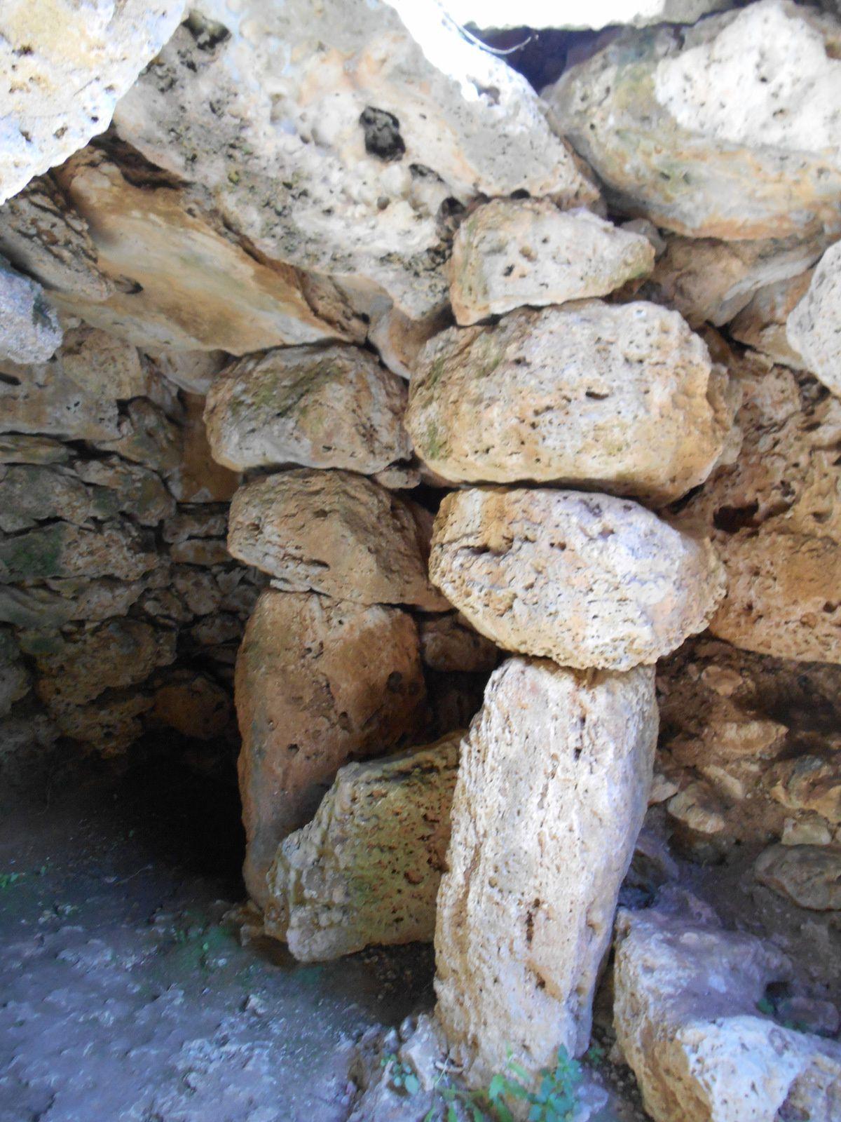Chambres avec des colonnes et toits en pierre...