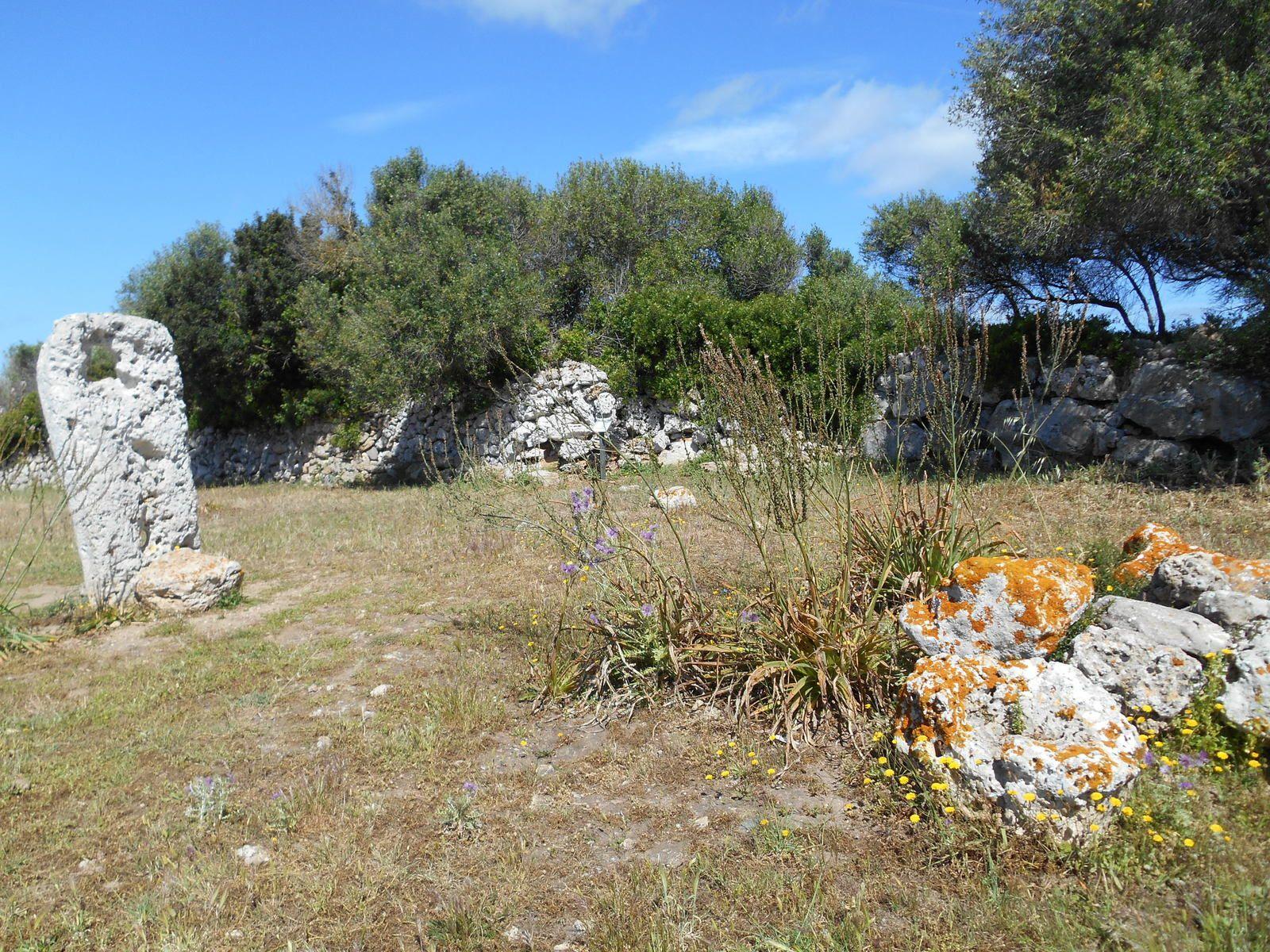 Talaiot avec des restes d'une porte d'accès à la chambre interne.