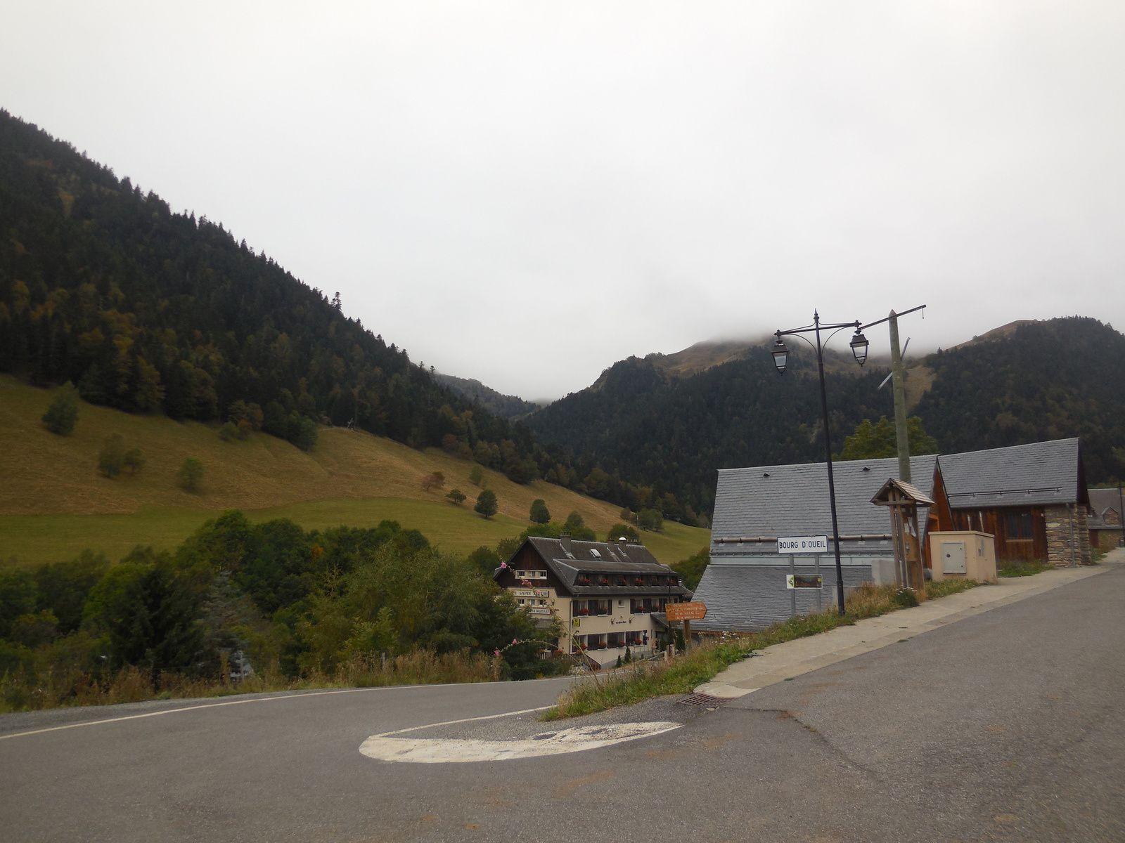 De l'entrée du village de Bourg d'Oueil, nous prenons la route en direction du Port de Balès...