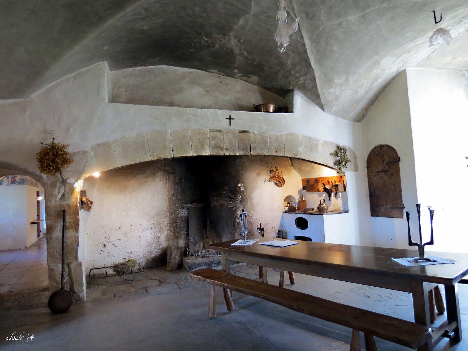 1 la grande cuisine 2- salle de danse en 3 - la chambre de l'évêque (réservée aux évêques de Viviers 4 escalier droit renaissance .