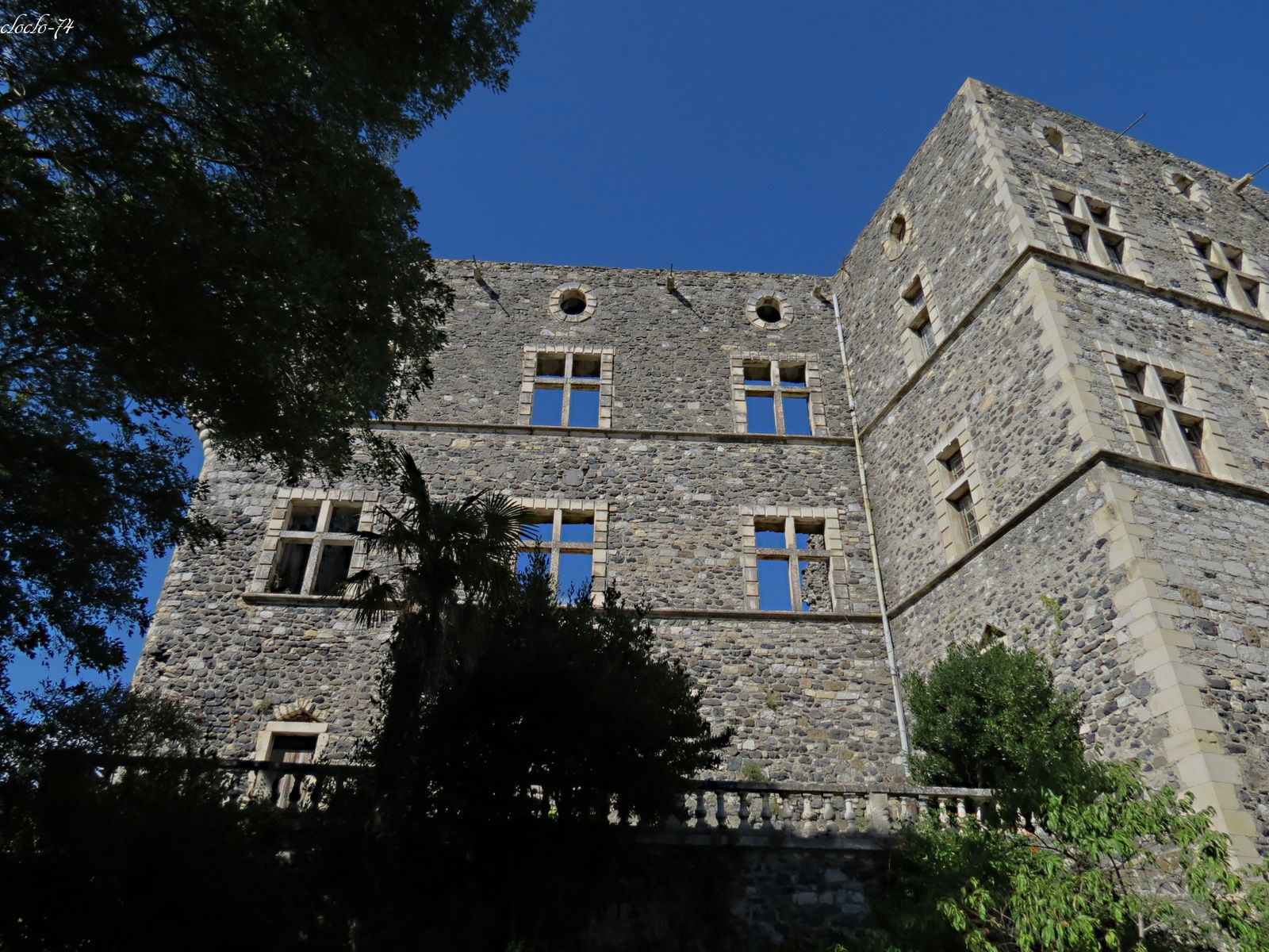 l'extérieur du château sur une photo vous pouvez voir une façade en trompe l'oeil