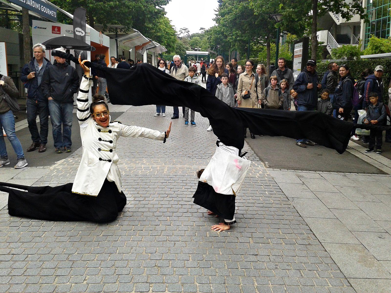 Déambulation sur échasses avec différents costumes et techniques :  lumineux, drapeau, batons, voiles, portés acrobatiques.