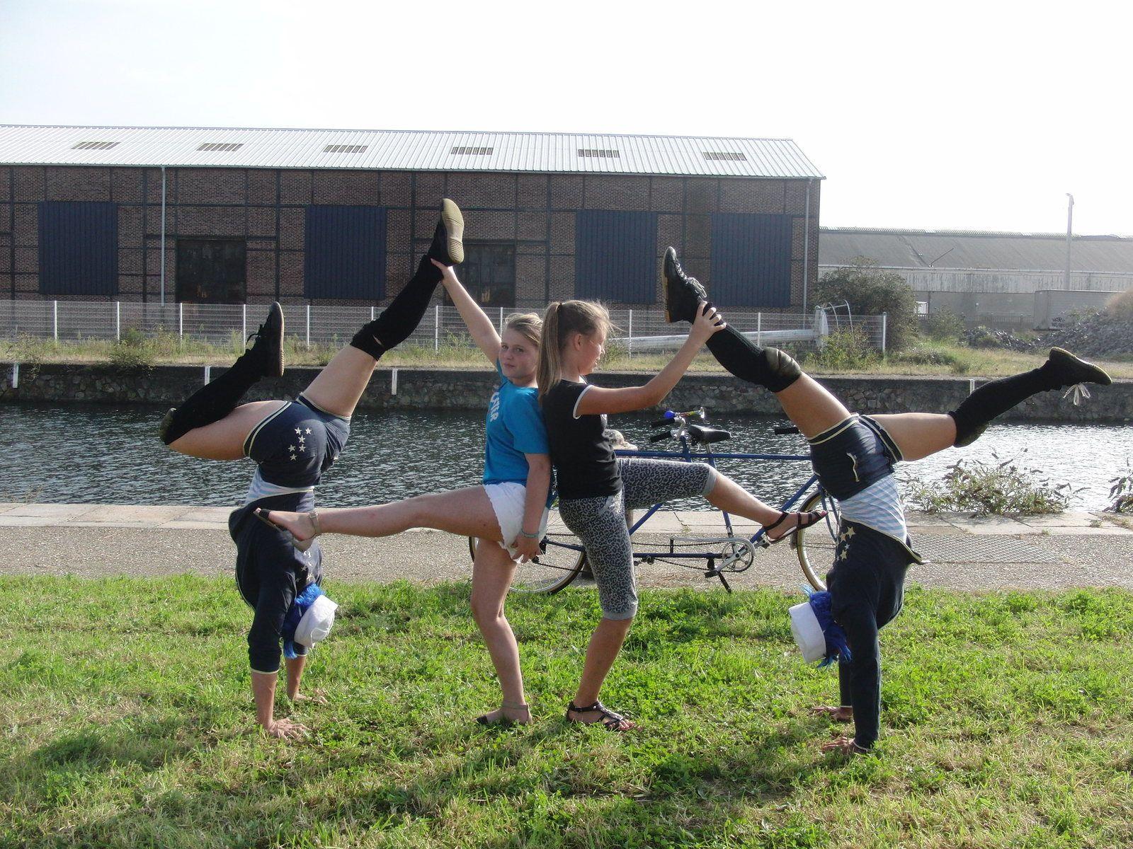 acrobates cirque de rue, déambulation