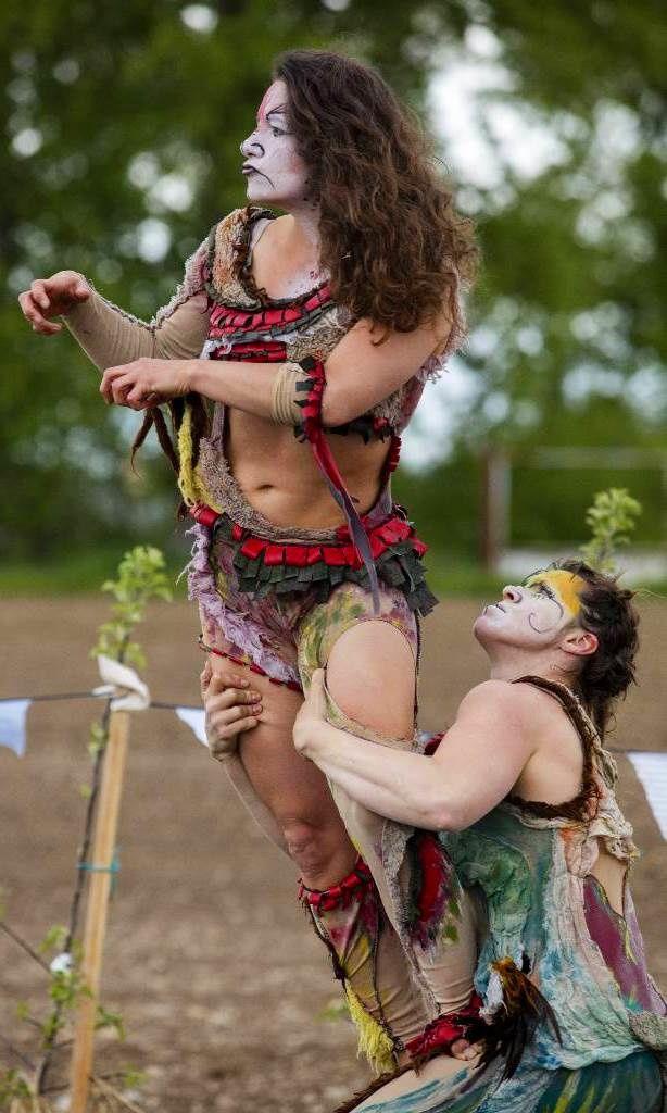 photo de Didier Pallagès / acrobatie, cirque, rue, spectacle déambulation, animal