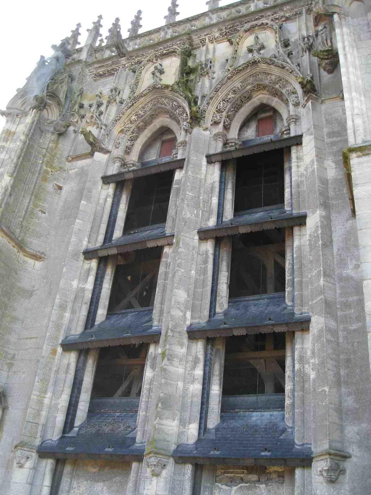 vue du beffroi à travers les ouvertures du clocher.