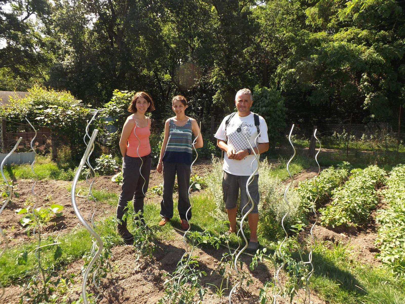 les deux Marion et Christian dans le jardin de Claude à Poyeton