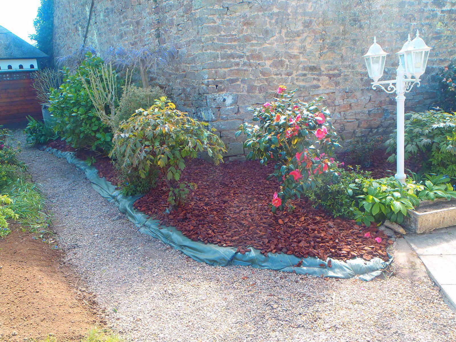 Pose d 39 une b che de plantation et de paillage d 39 corces hazo bois jardins en images for Jardin plantation