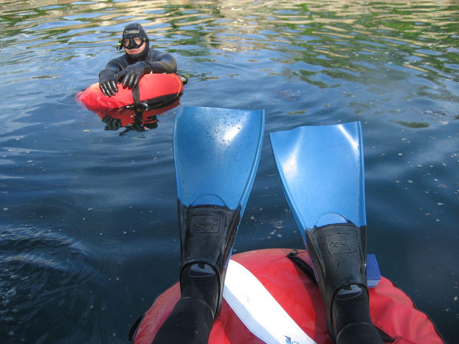 Je suis le premier à l'eau! On voit aussi les palmes que j'ai prêtées à Feli pour l'occasion :D.