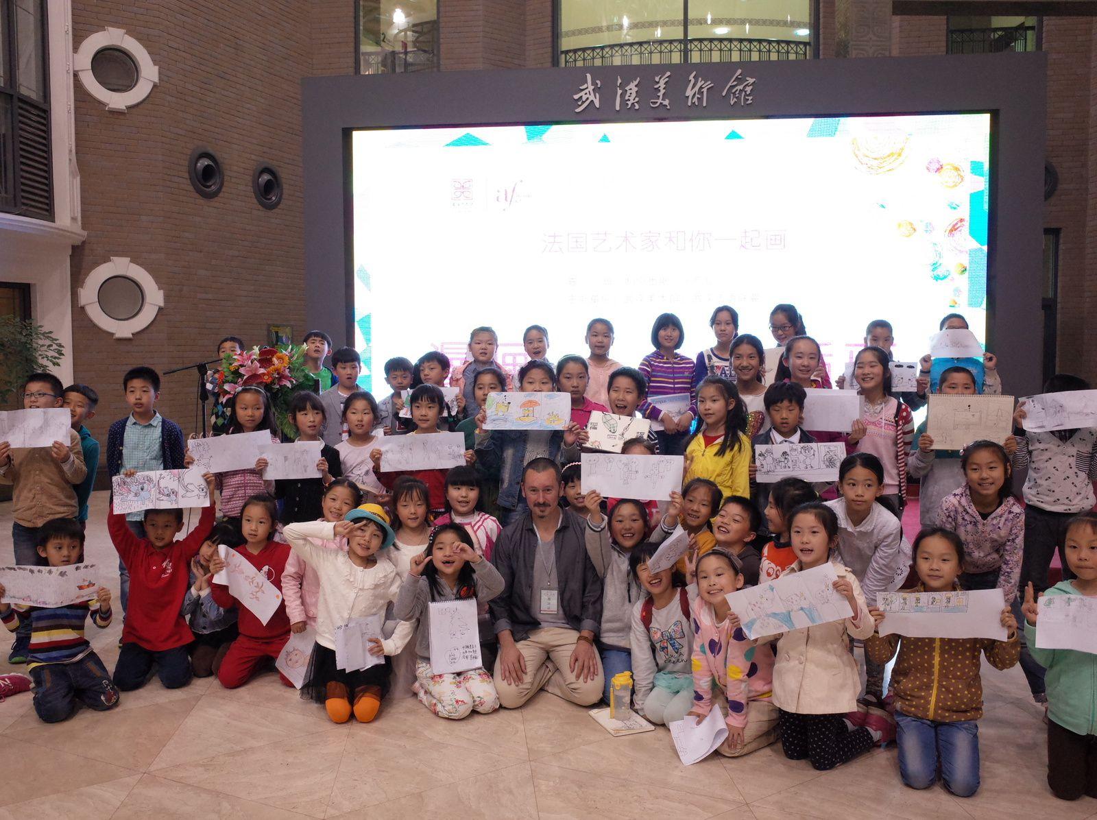 Une centaine d'enfants autour de Patrice Cablat # Musée des Beaux arts de Wuhan